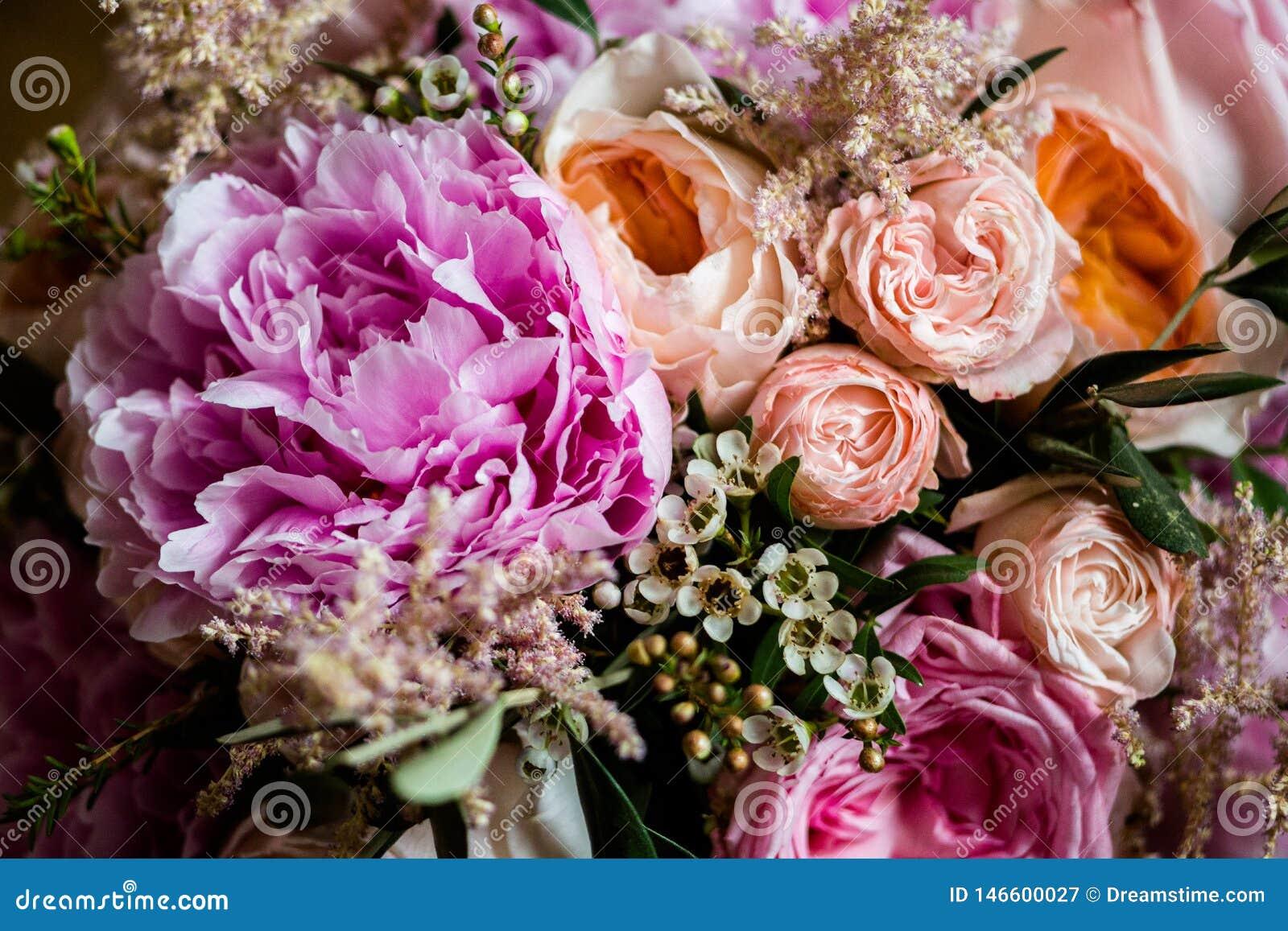 Rosas e peônias cor-de-rosa em um ramalhete
