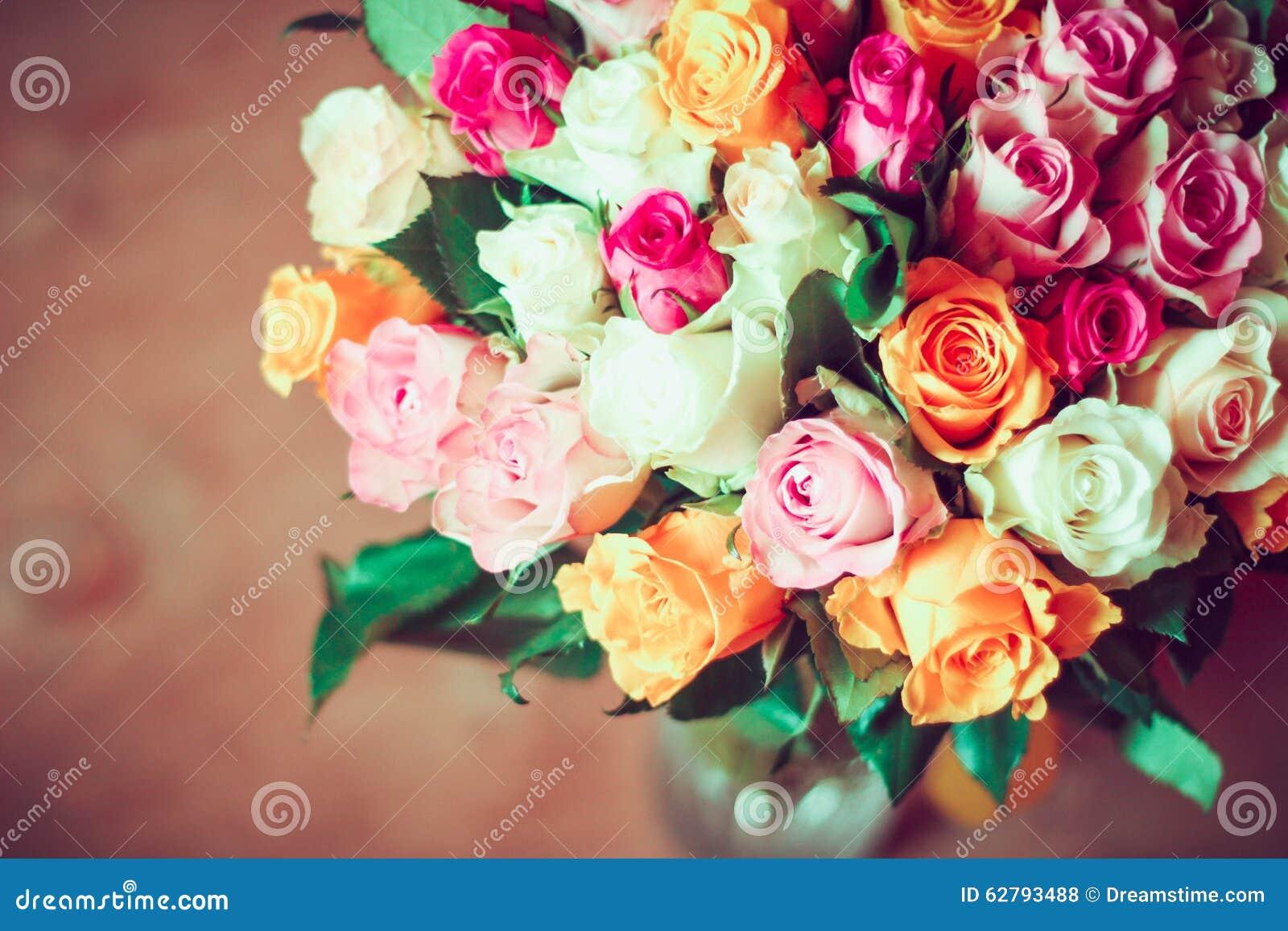 Rosas en florero transparente