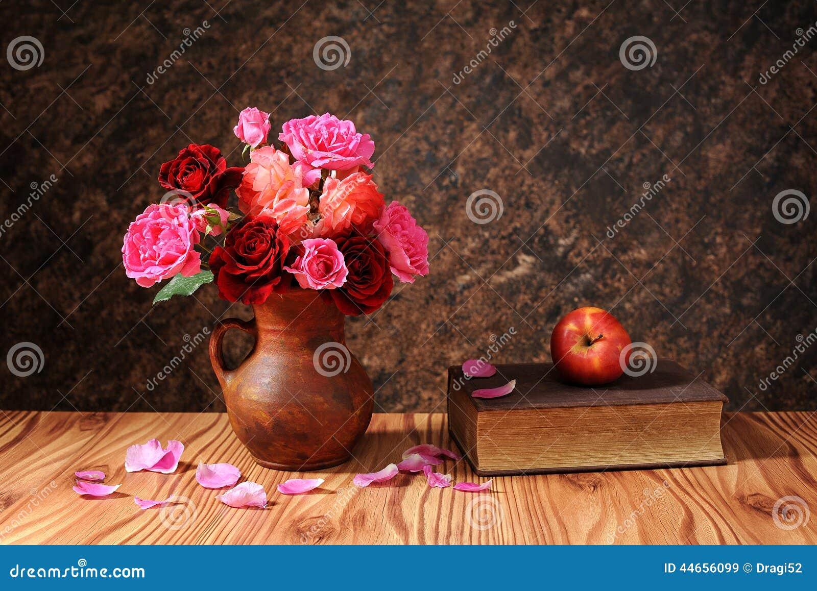 Rosas en florero y libros de cer mica foto de archivo for Libro in ceramica