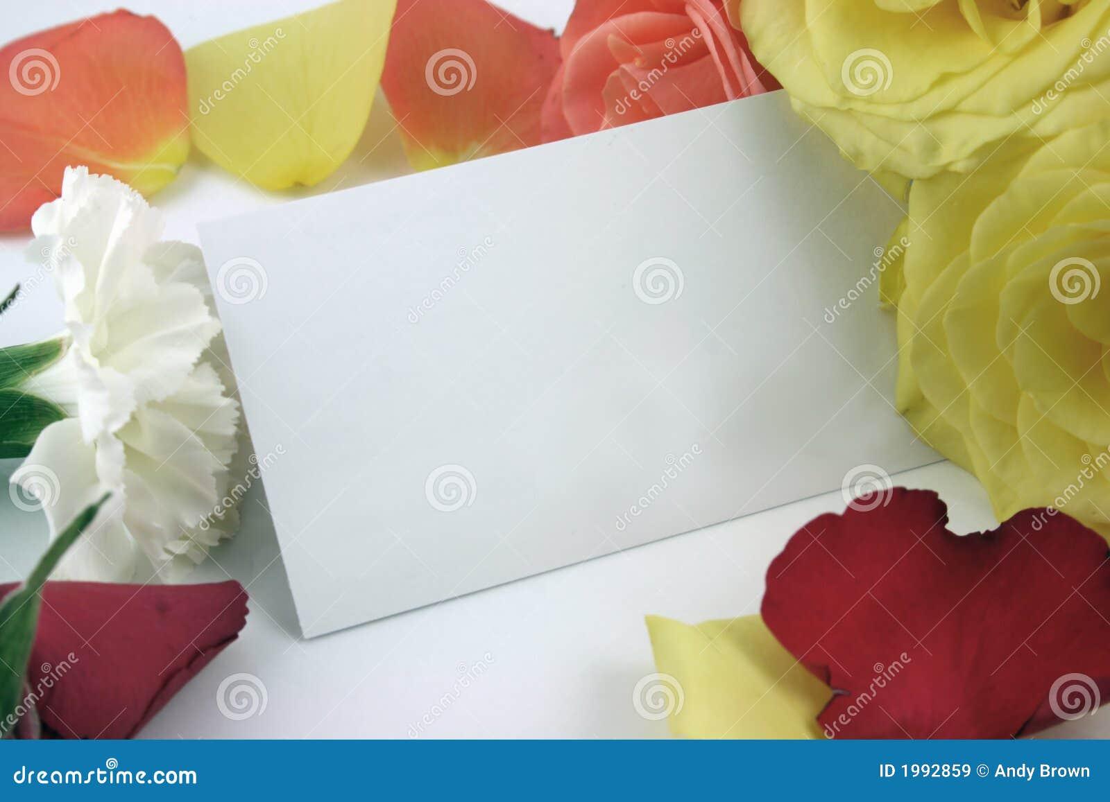 Rosas que forman un marco con la tarjeta de visita