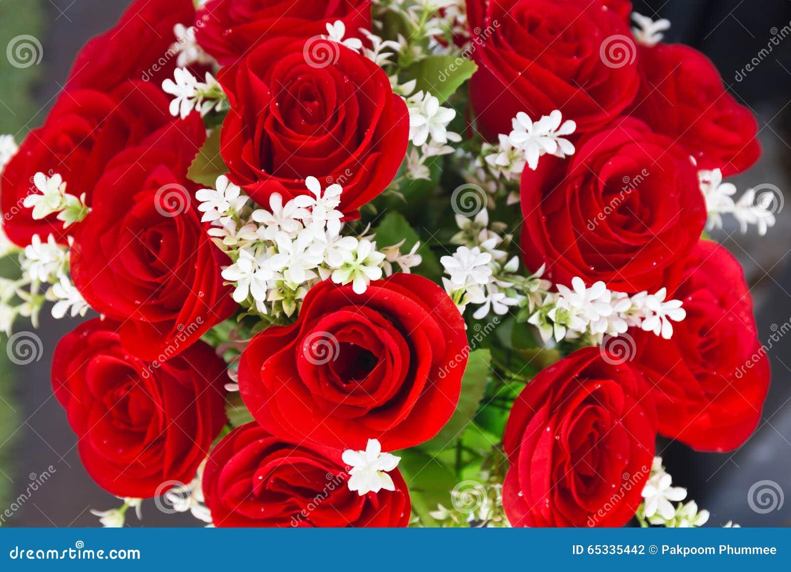 Rosas Rojas De Las Flores Artificiales Y De La Flor Blanca Foto De