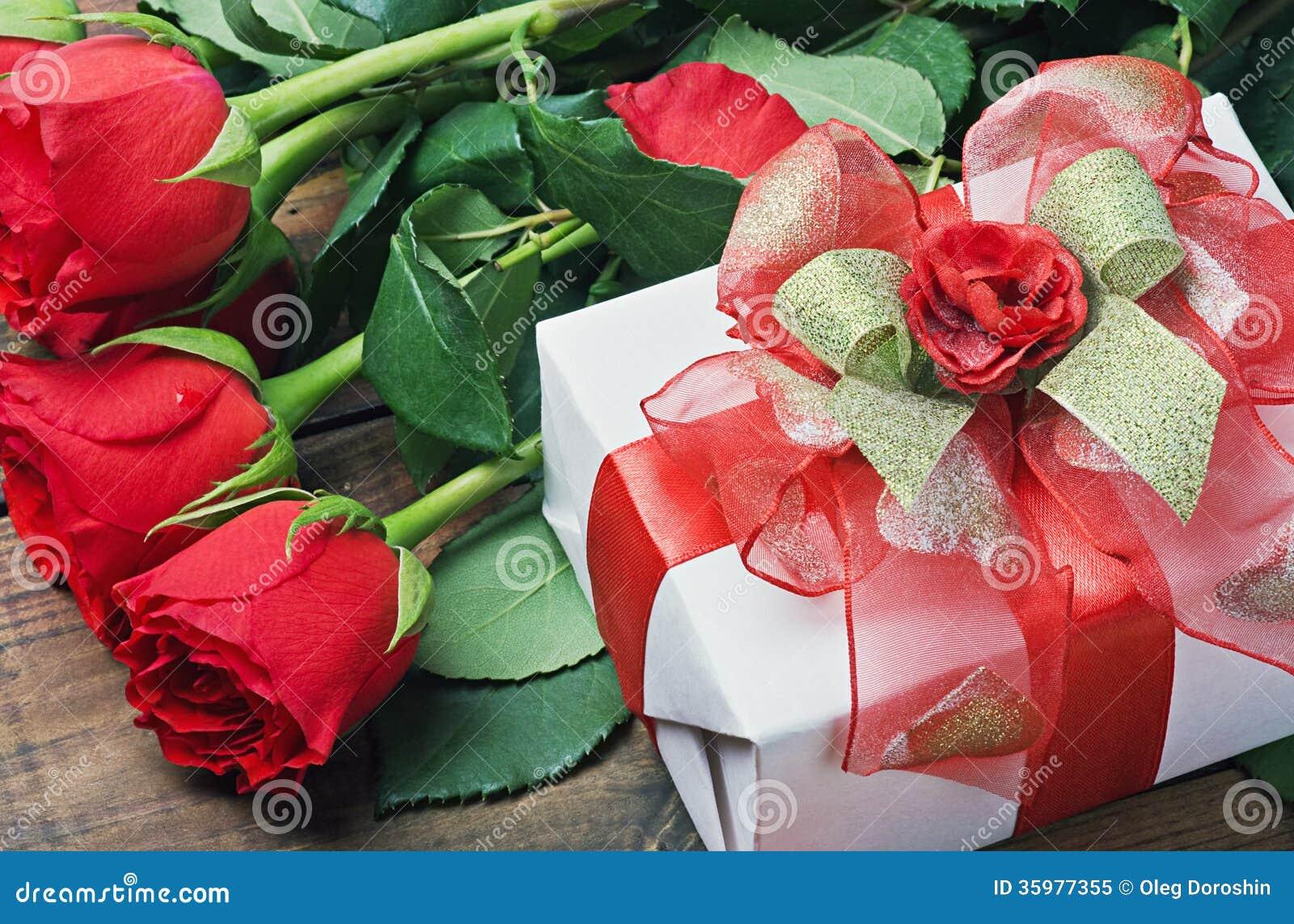 Rosas Rojas Y Caja De Regalo Para El Cumpleaños, Tarjeta Del Día De San  Valentín Imagen de archivo - Imagen de regalo, rosas: 35977355