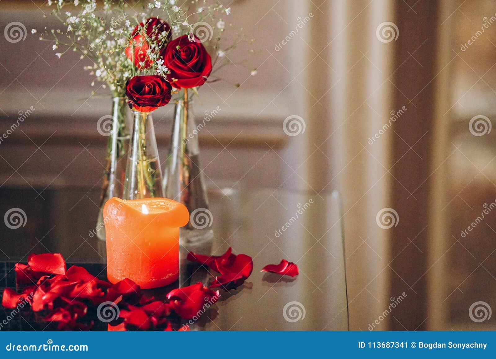 Rosas Rojas Y Pétalos Ardientes Del Ingenio De La Vela En La