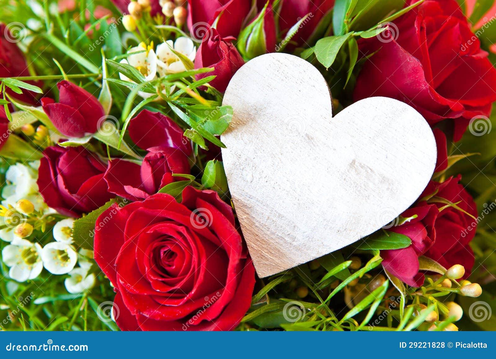 rosas-vermelhas-com-um-cora%C3%A7%C3%A3o