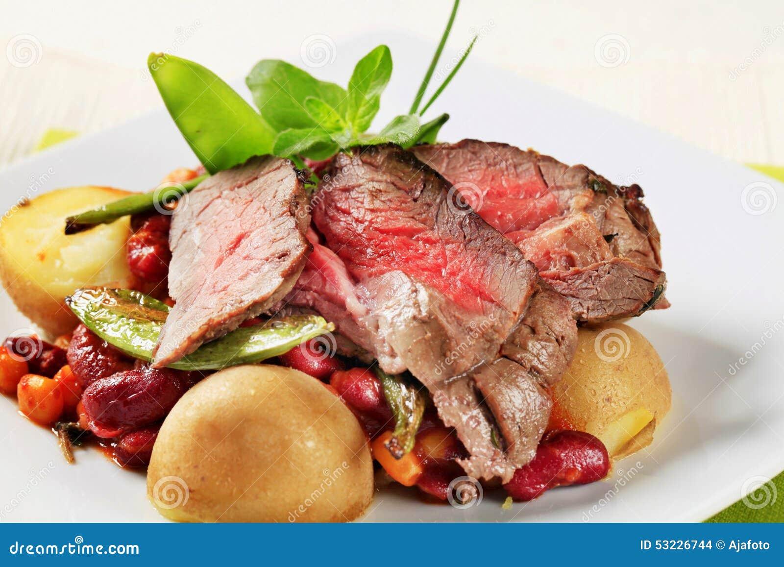 Rosbif con las habas rojas y las patatas