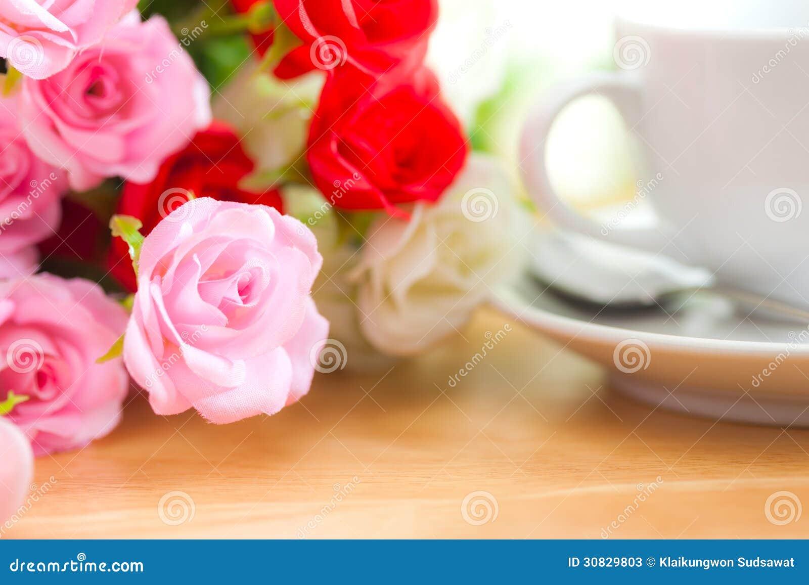 Rose artificiali sullo scrittorio di legno