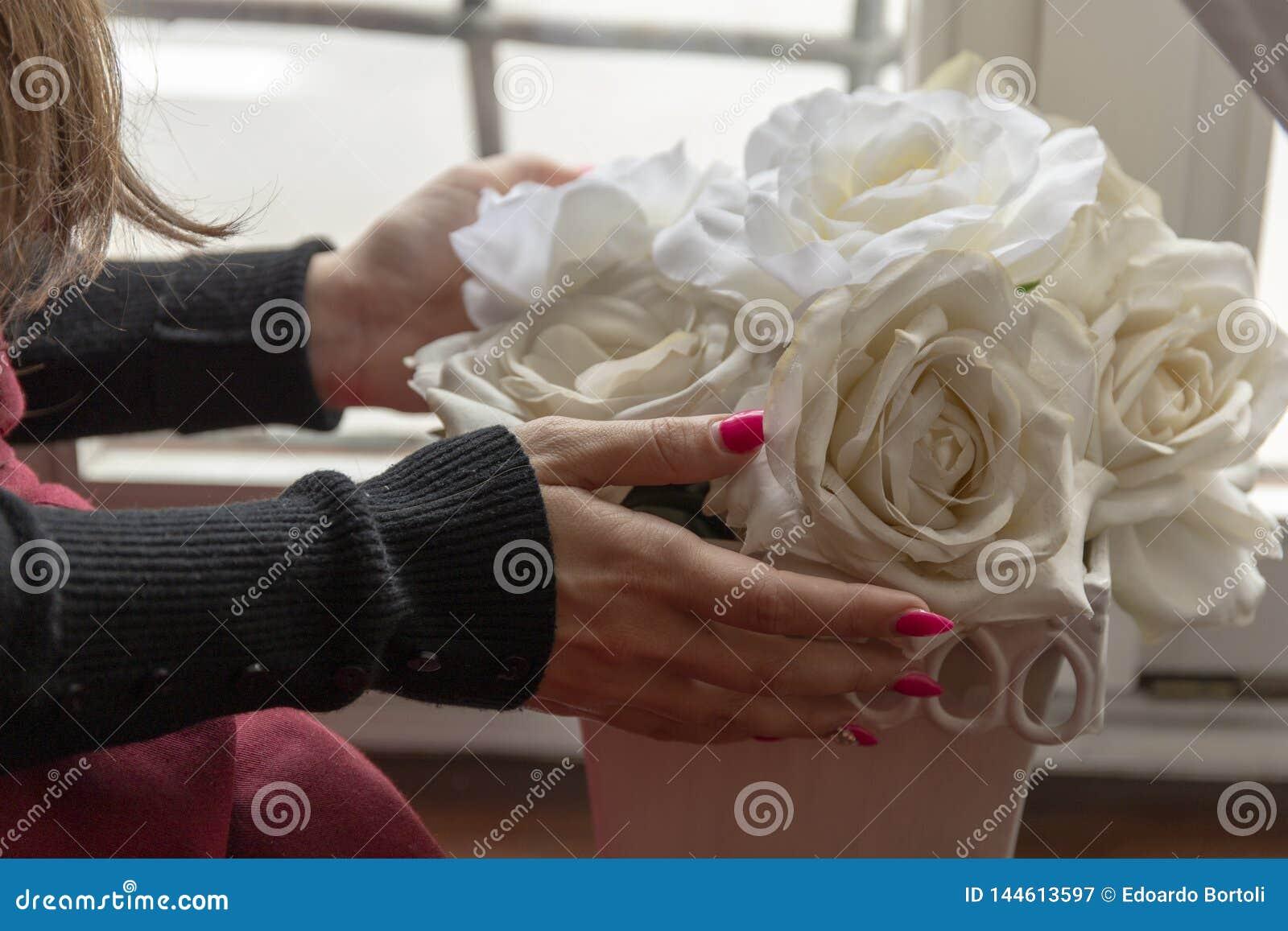 Rose bianche e ragazza