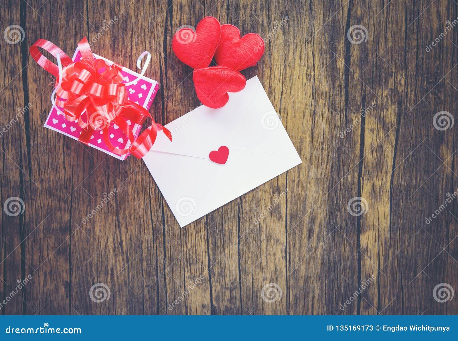 Rose de boîte-cadeau de jour de valentines sur le courrier en bois Valentine Letter Card d amour d enveloppe avec le concept roug