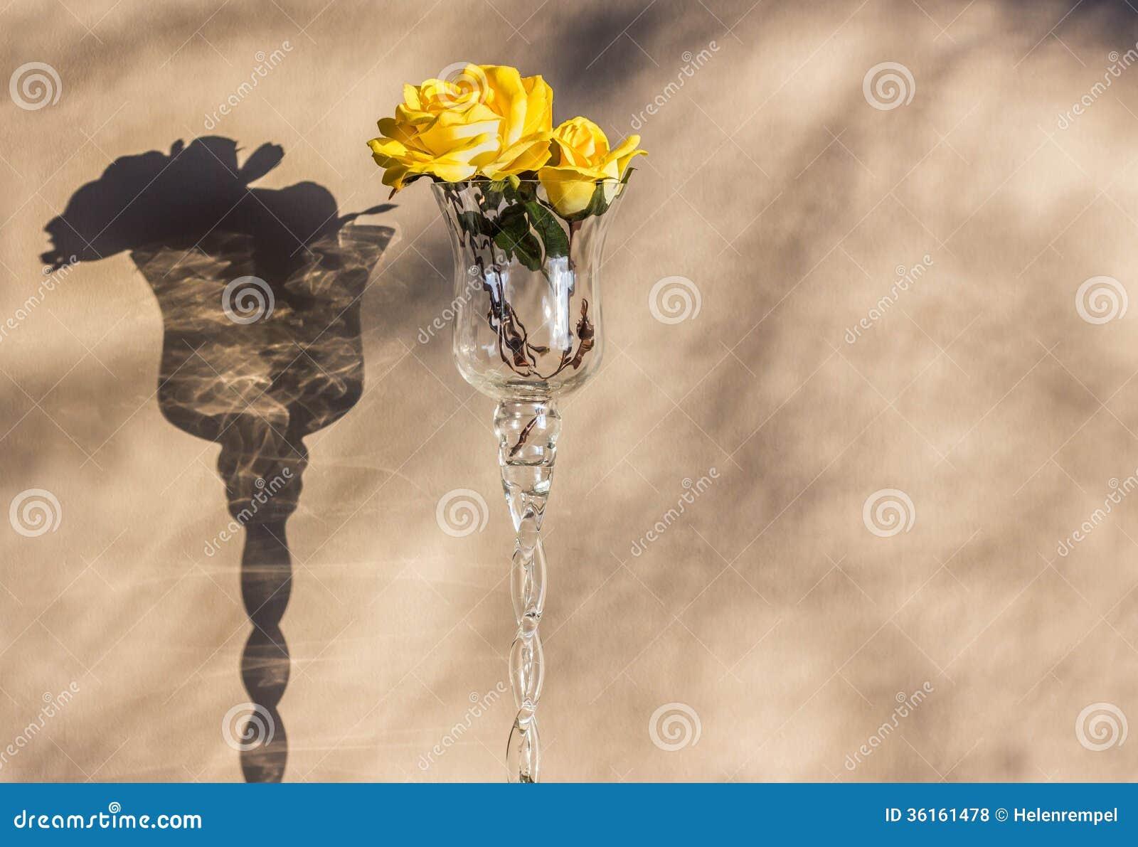 rose de jaune dans le vase verre vin photos libres de droits image 36161478. Black Bedroom Furniture Sets. Home Design Ideas