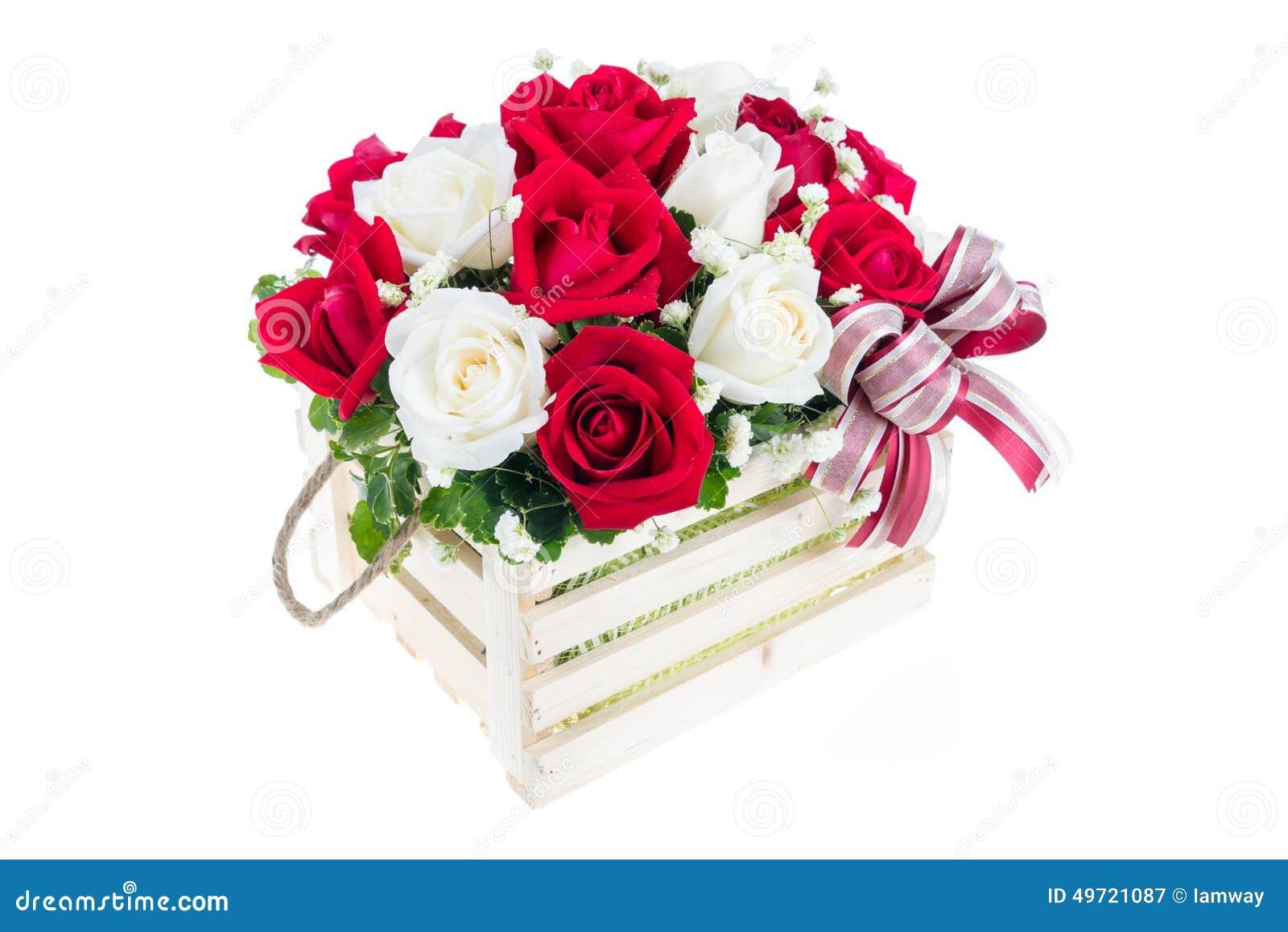 Rose De Rouge Et De Blanc Dans Un Panier En Bois Avec Le Beau Ruban