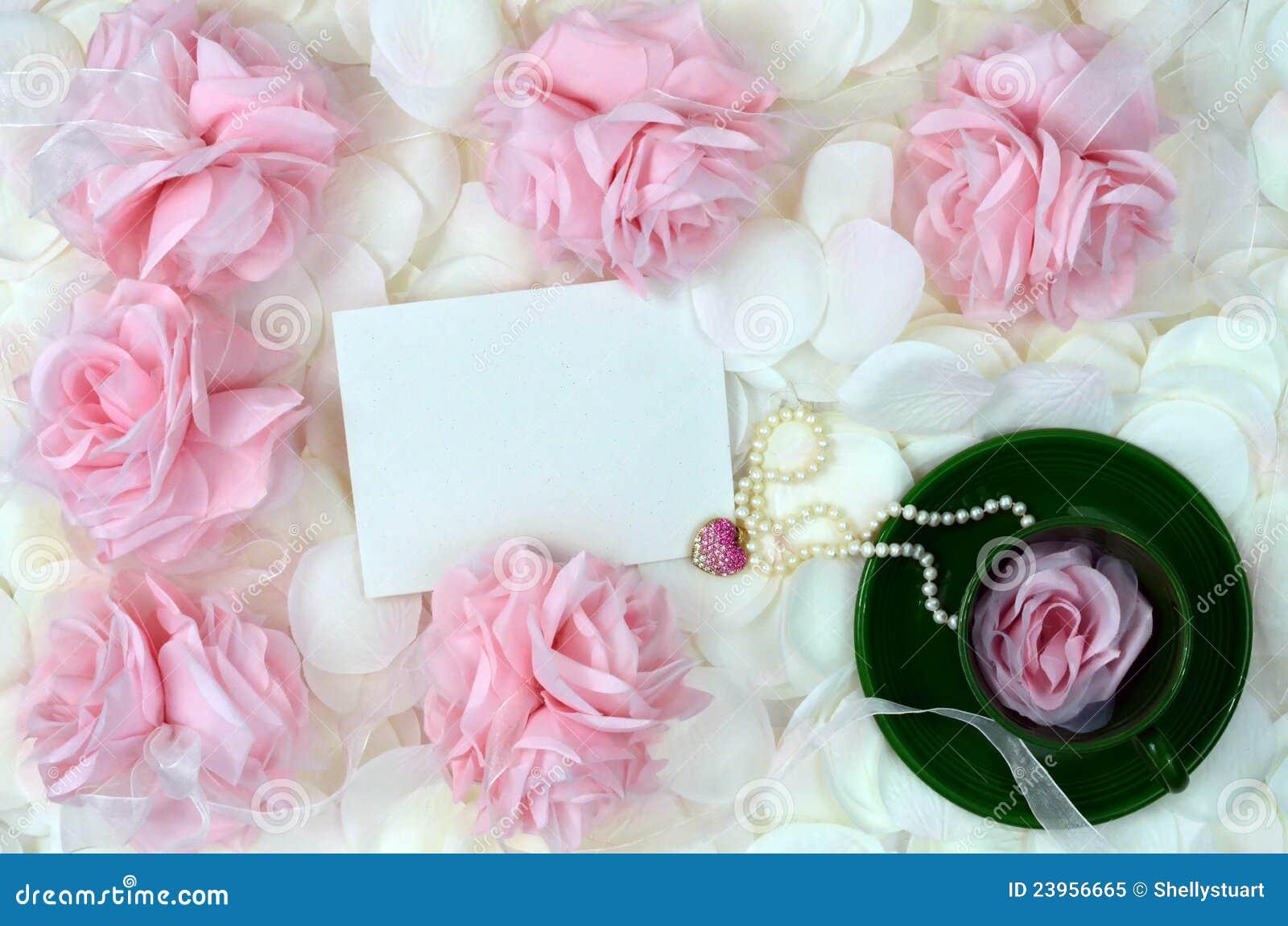 Rose e monili romantici per il giorno di madri
