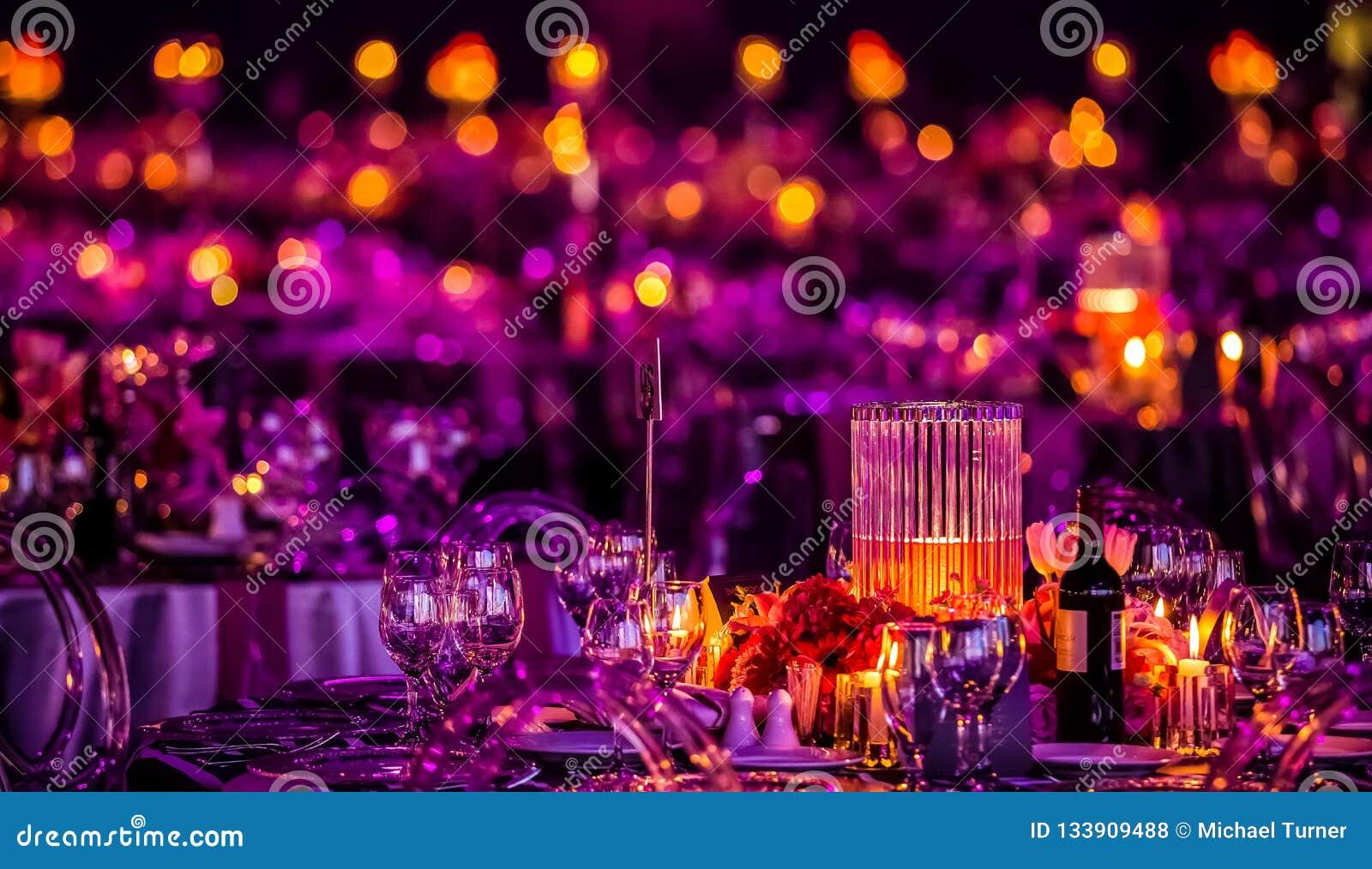 Rose et décor pourpre de Noël avec des bougies et des lampes pour un lar