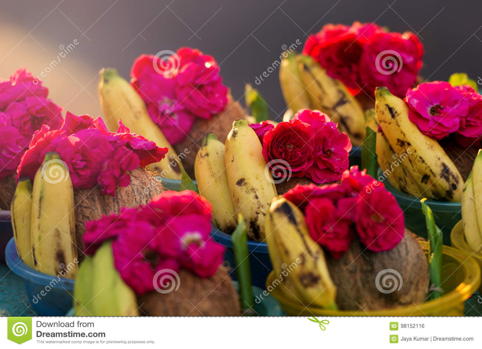 Rose et la banane se vendent dans le temple indou de Kapaleeshwarar, Chennai,
