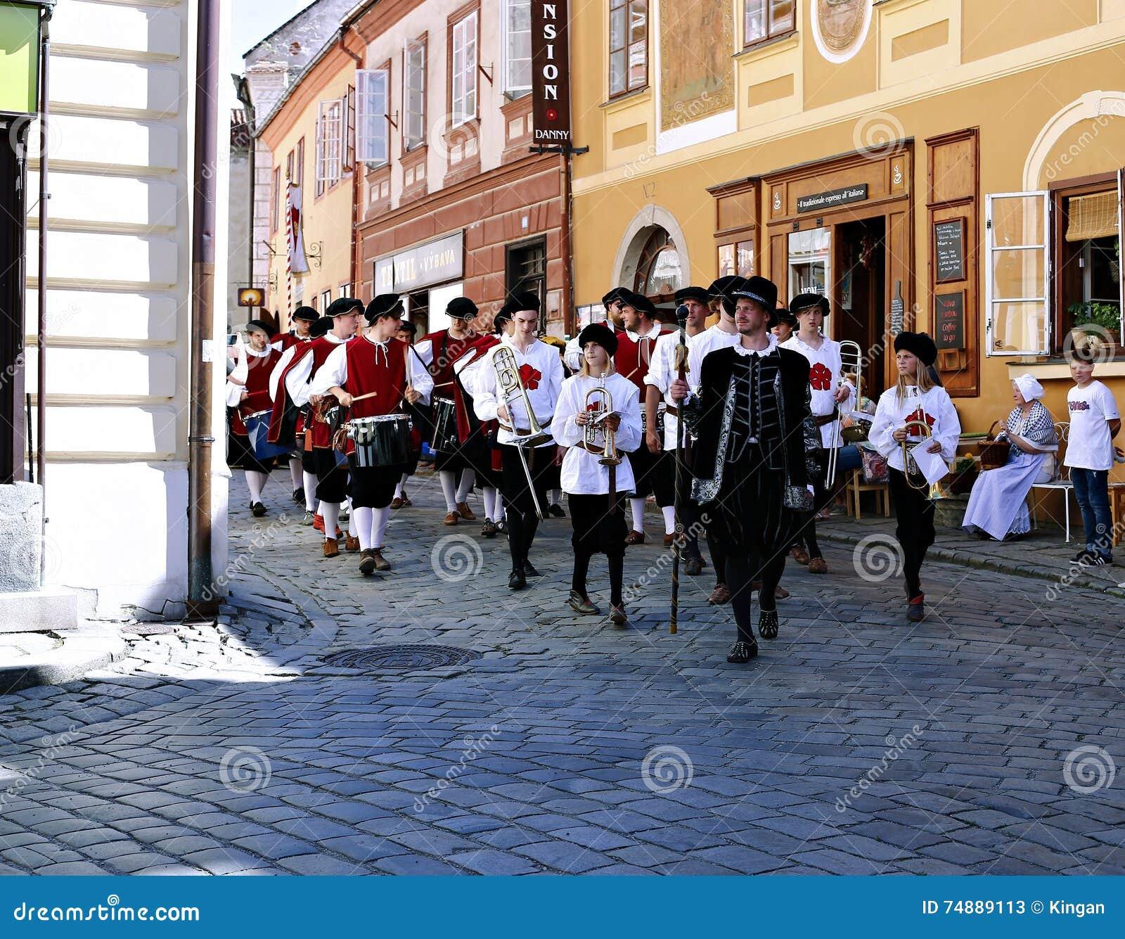 Rose Festival Cinco-petalada no bystreet em Cesky Krumlov, checo