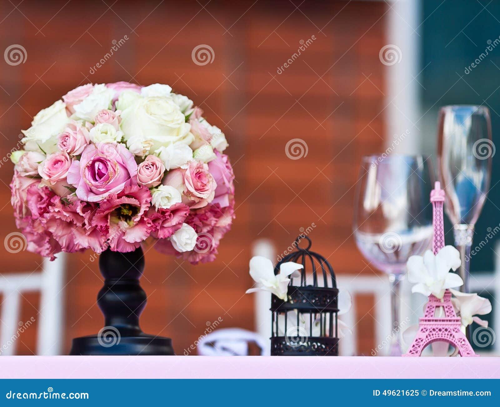 Rose fleurit le bouquet avec petit tour eiffel sur une - Petit bouquet de table ...