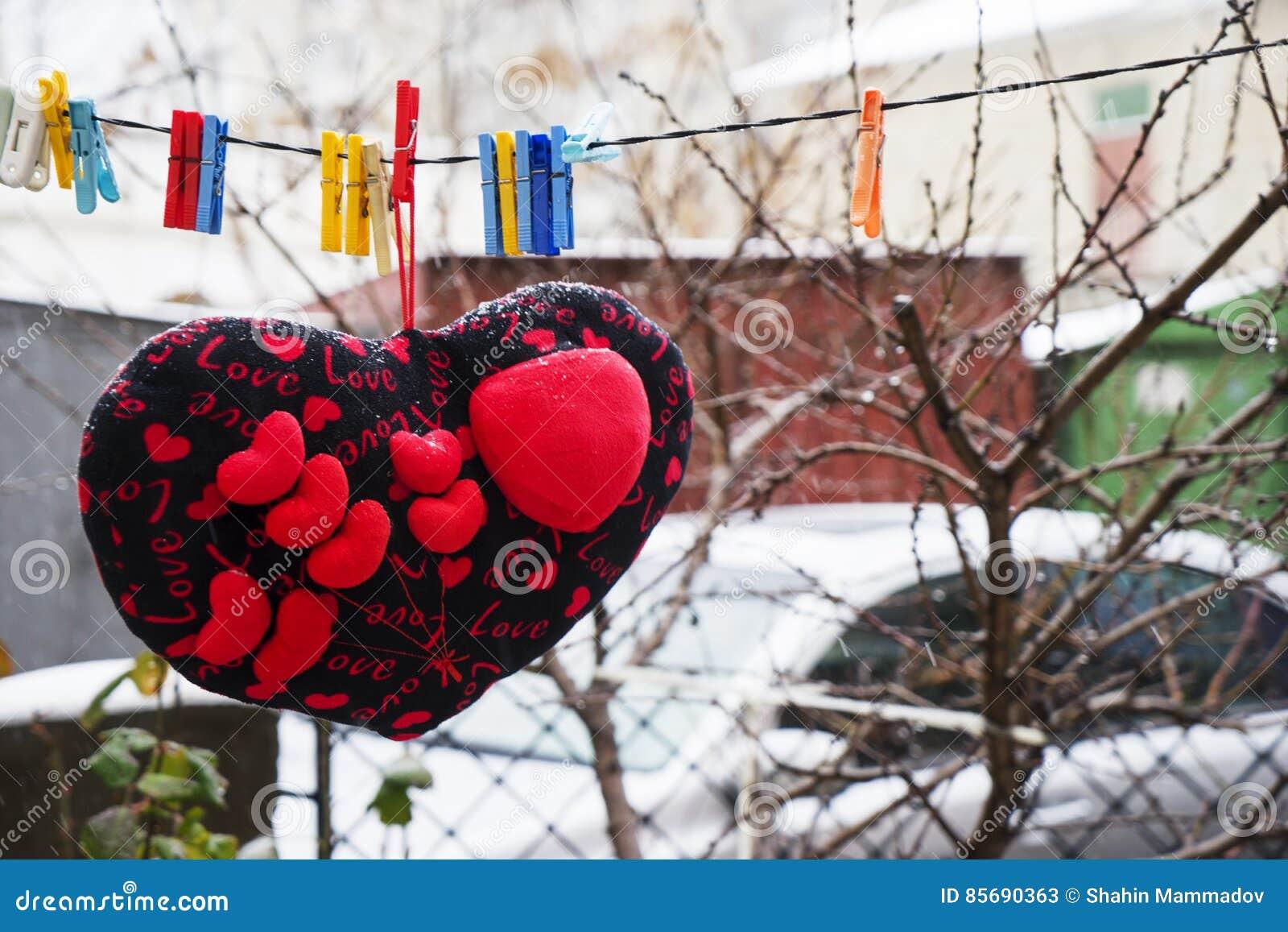 Yarda Cojines.Rose Roja Cojines Suaves De Los Corazones Que Cuelgan En Una Cuerda