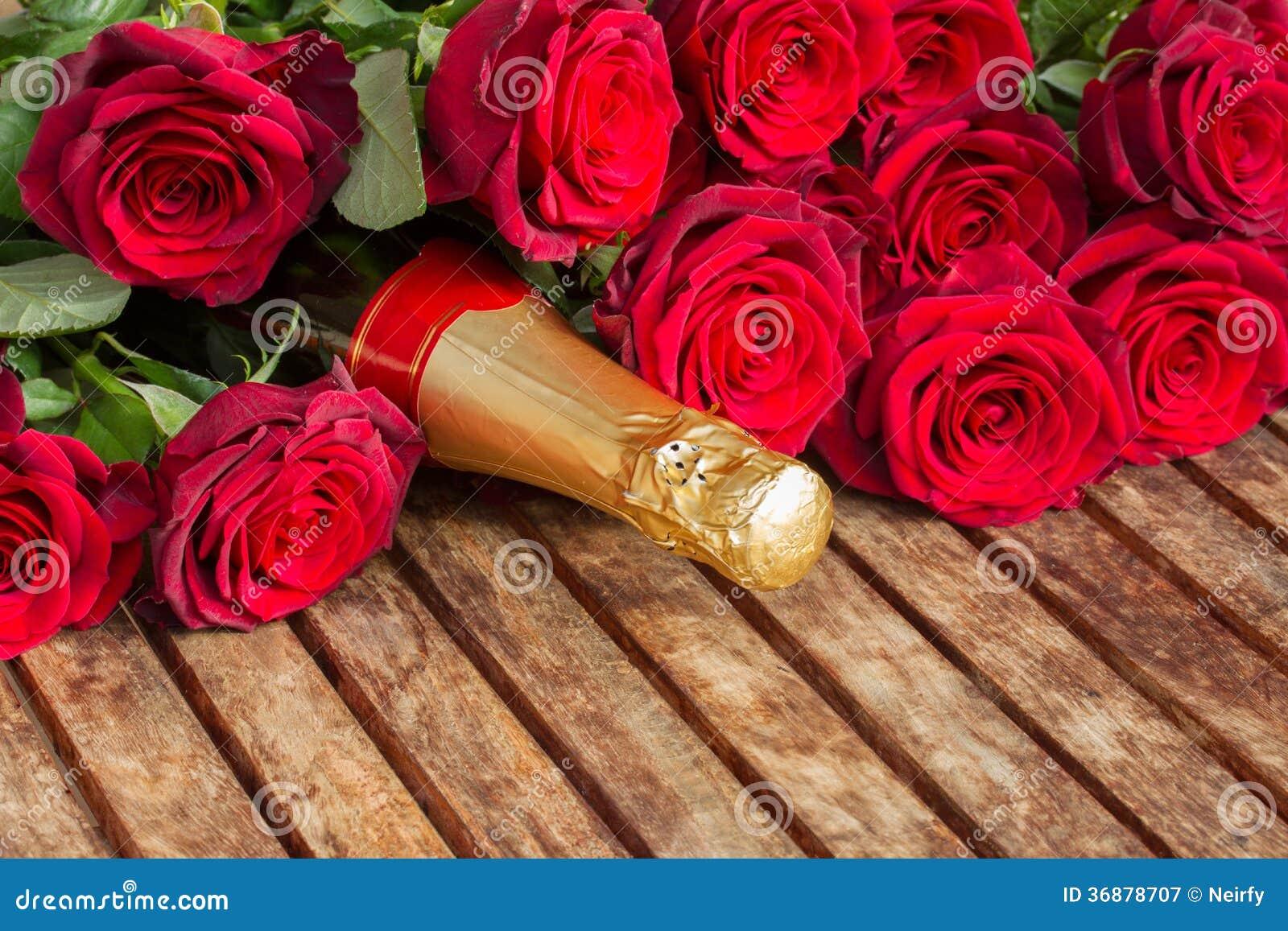 Download Rose Rosse Cremisi Con Il Collo Di Champagne Immagine Stock - Immagine di unione, bellezza: 36878707