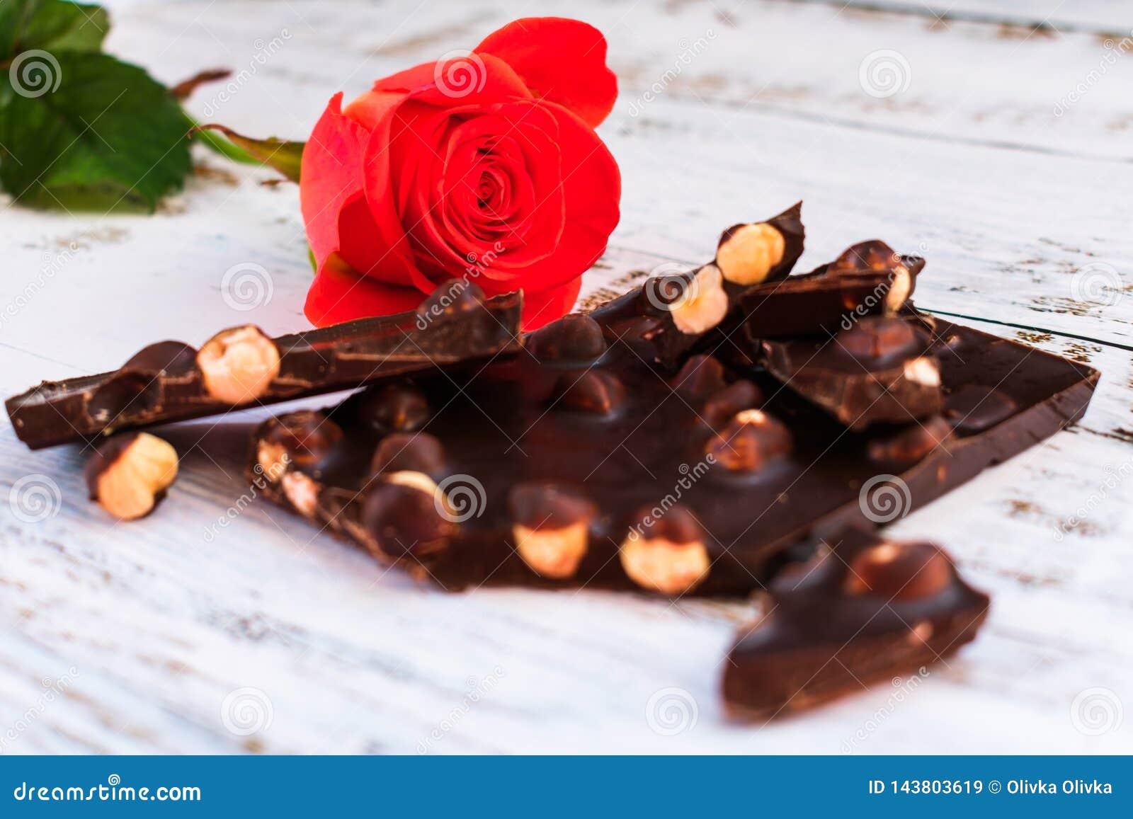 Rose rouge et chocolat noir avec des noisettes