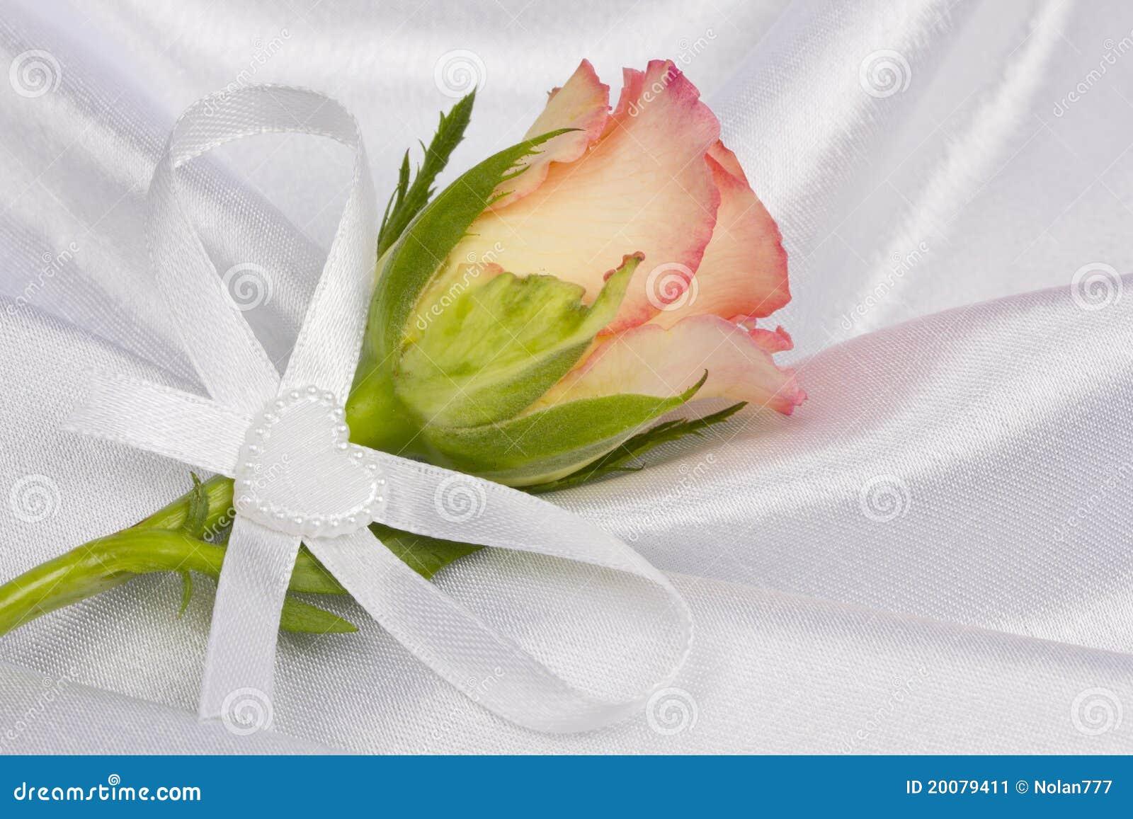 Rose und Hochzeitsringe