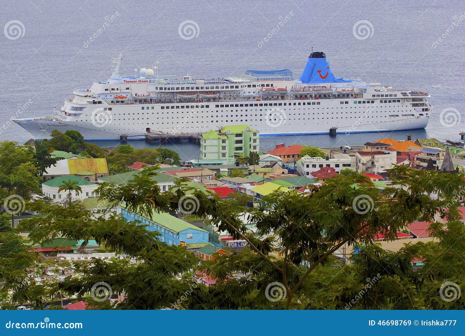 Roseau en Dominica con un barco de cruceros en puerto