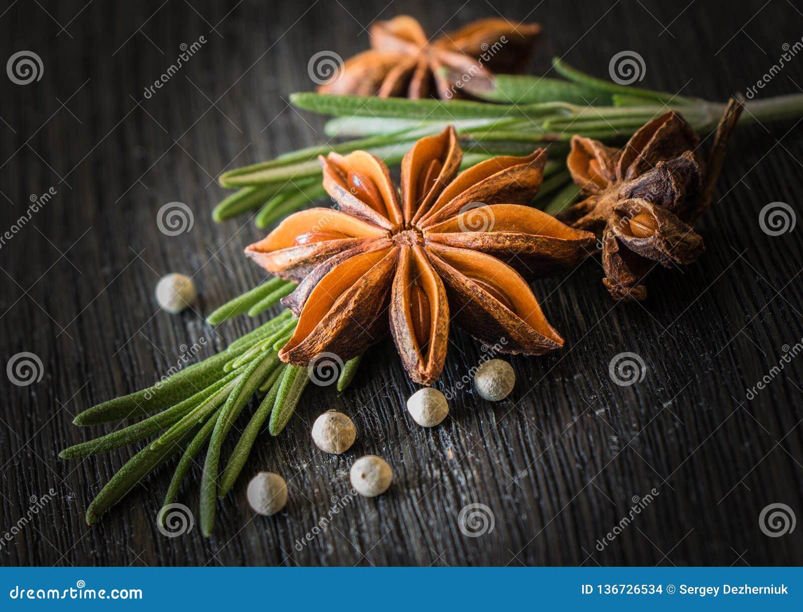 Rosemary, anís de estrella, pimienta blanca
