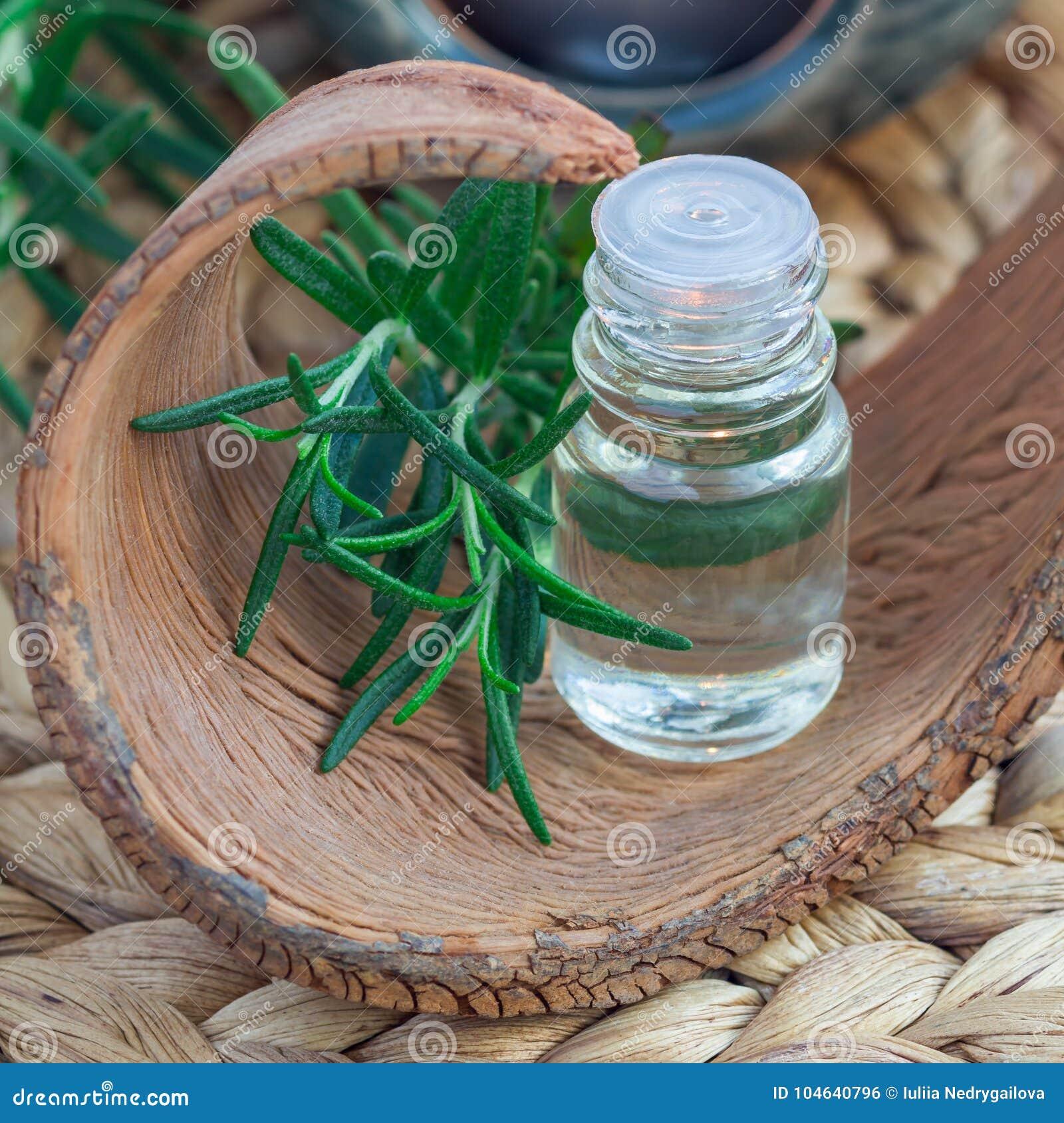 Download Rosemary Etherische Olie In Glas Op Geweven Mat Met Kuuroordachtergrond, Vierkant Formaat Stock Foto - Afbeelding bestaande uit olie, alternatief: 104640796