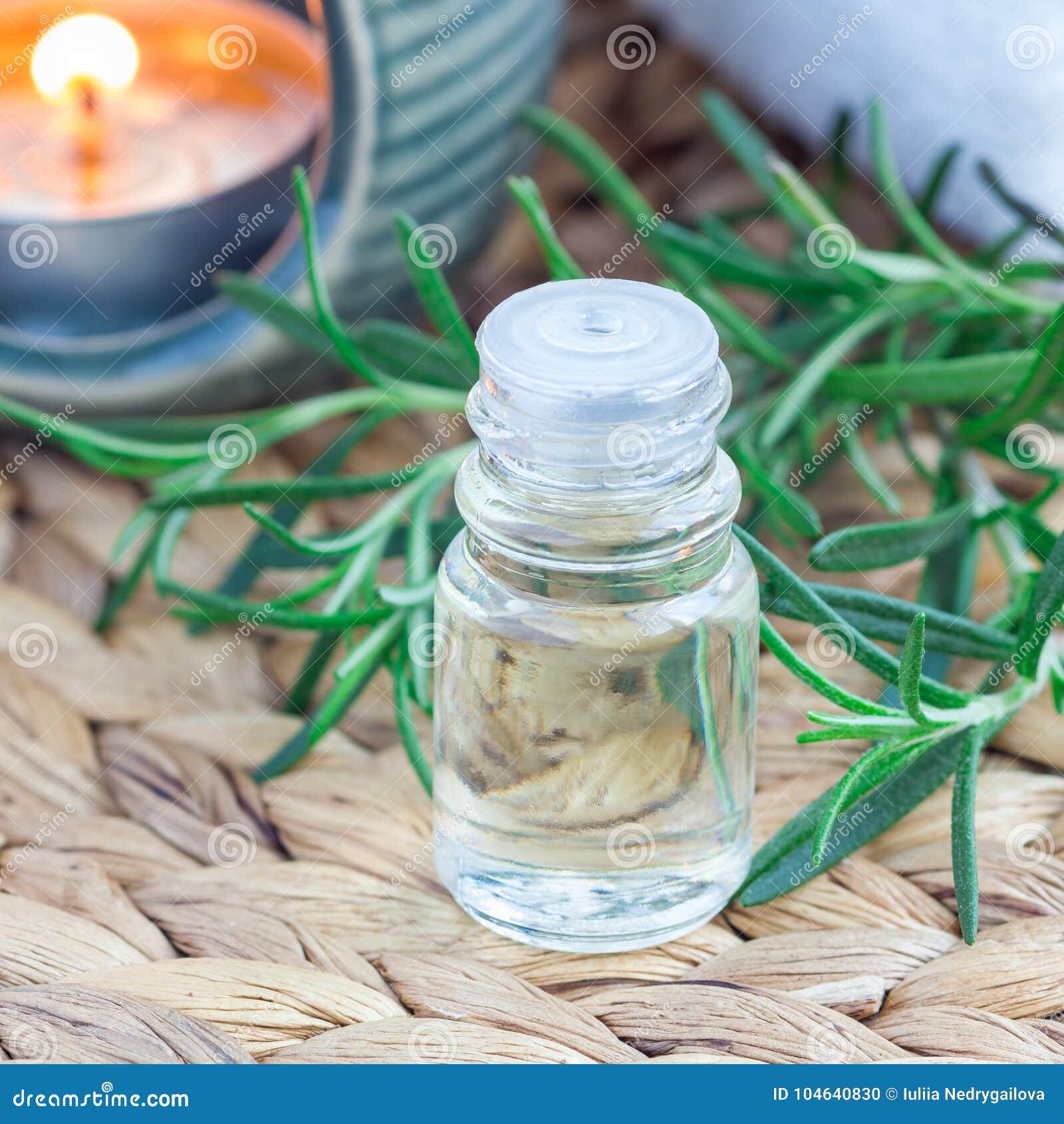 Download Rosemary Etherische Olie In Glas Op Geweven Mat Met Kuuroordachtergrond, Vierkant Formaat Stock Foto - Afbeelding bestaande uit installatie, brunch: 104640830