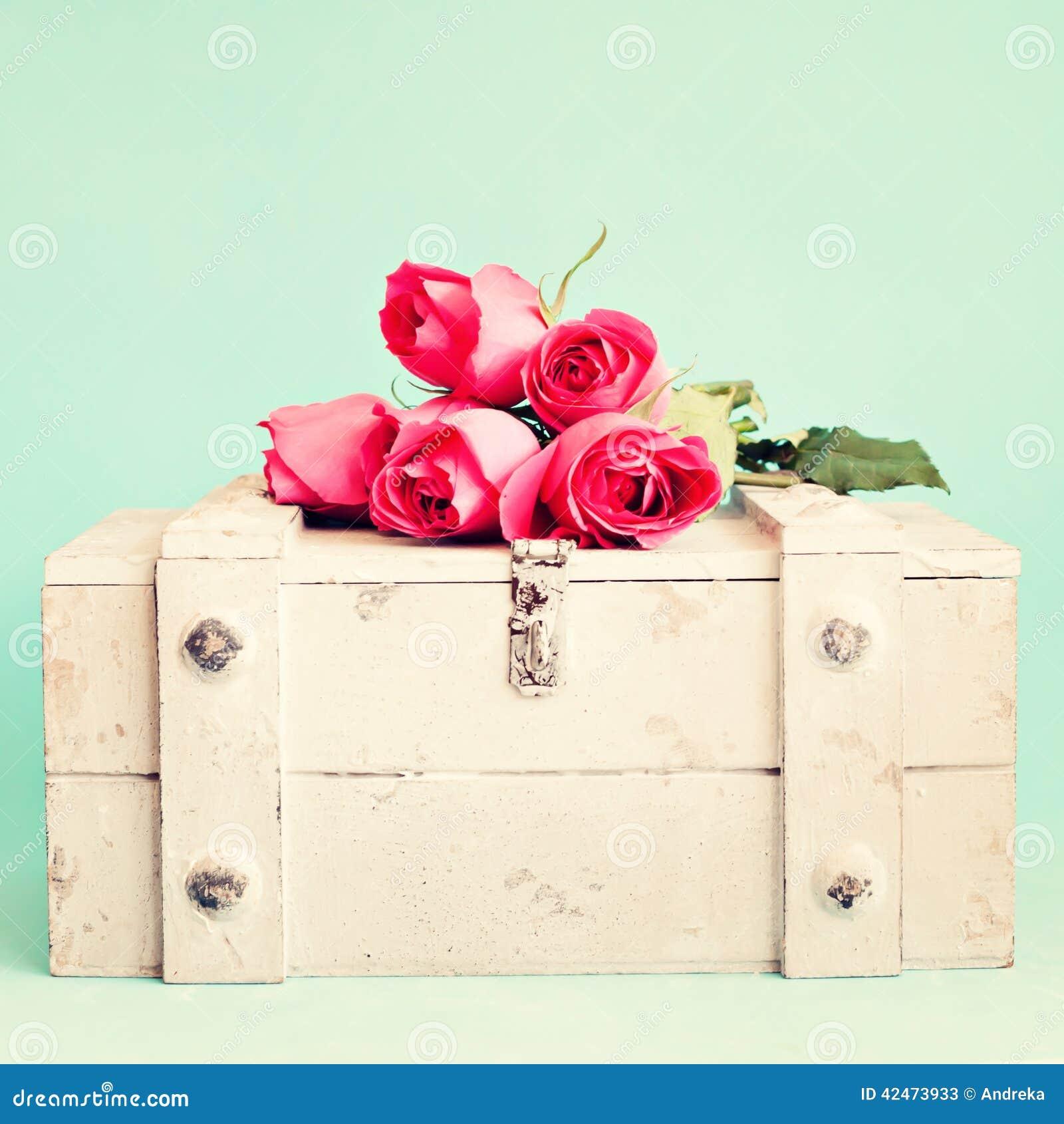 Rosen über einem Kasten