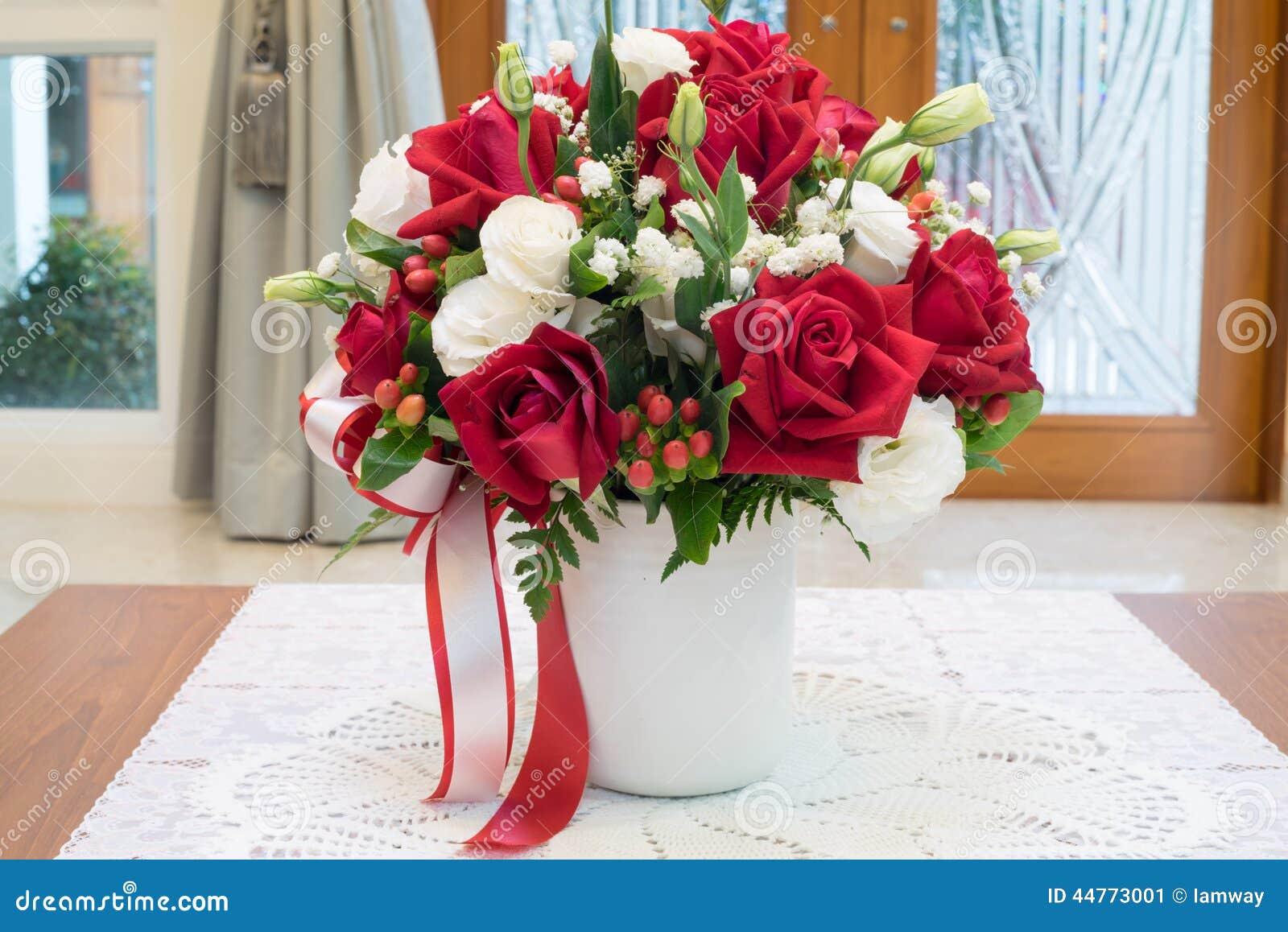 Rosen Blüht Blumenstrauß Innerhalb Des Vase Auf Schreibtisch In Der ...