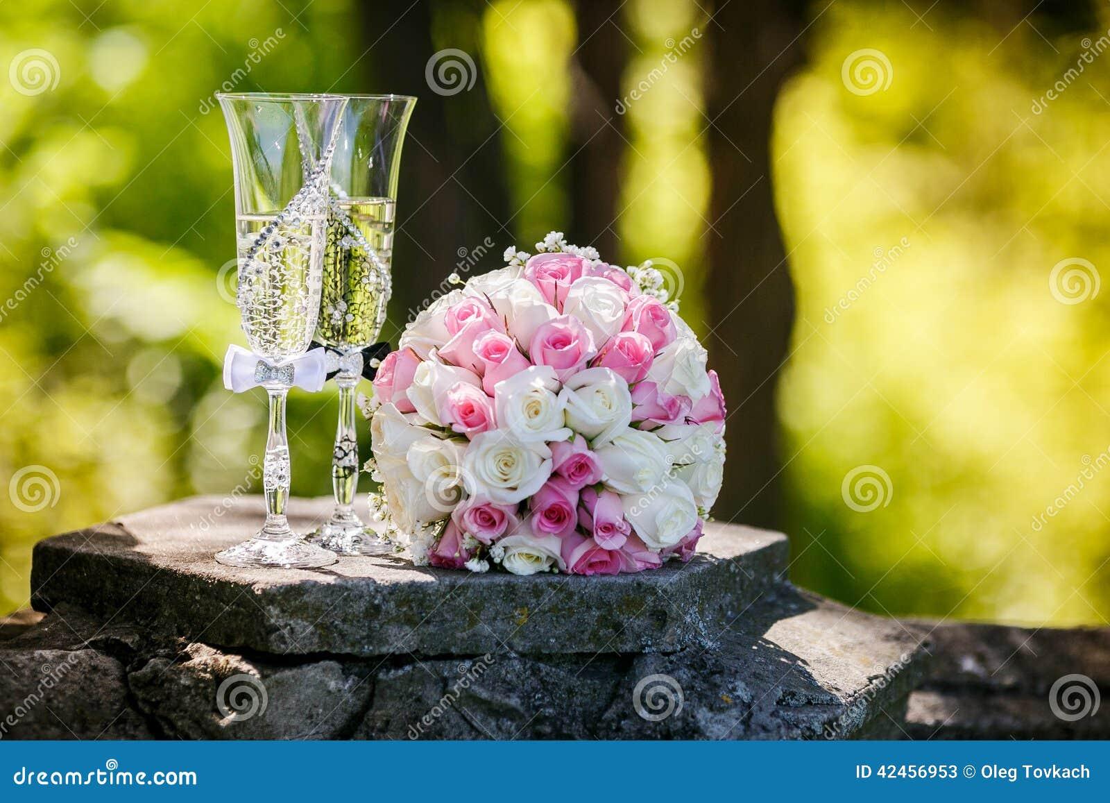 Rosen und Gläser Champagner