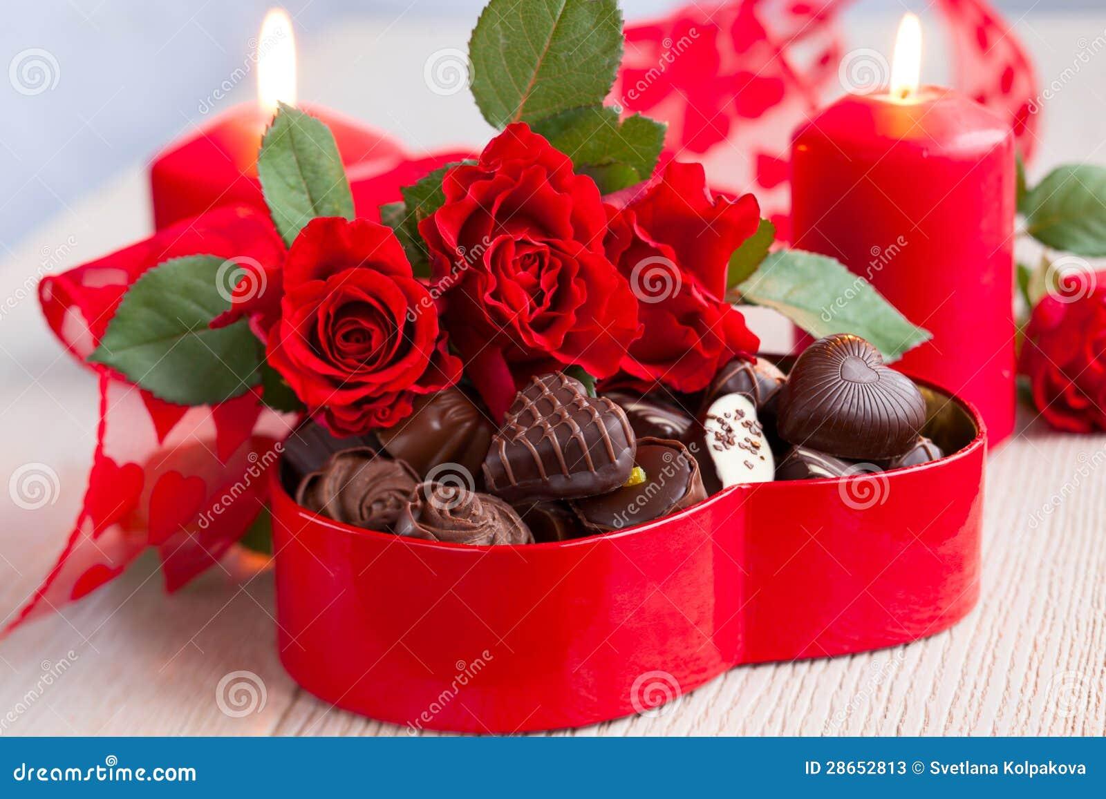 Rosen Und Pralinen Fur Valentinstag Stockbild Bild Von Dekor