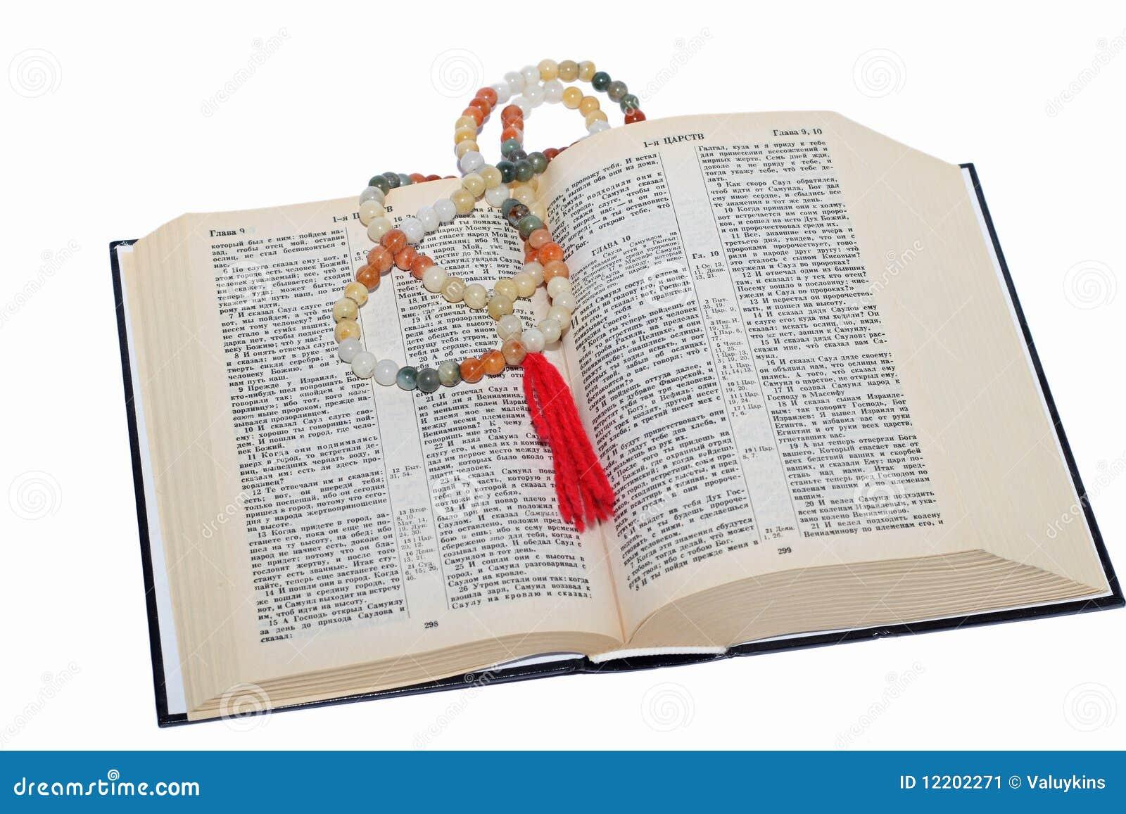 Rosenbeet und eine heilige Bibel