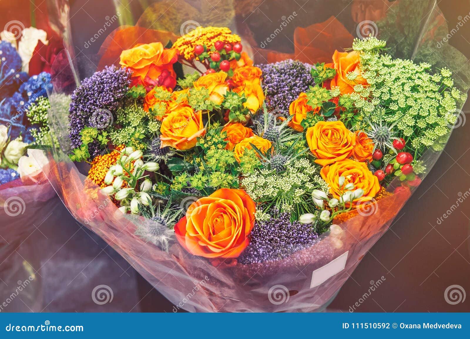 Roses des variétés modernes roses avec l hortensia et les fleurs de l Alstroemeria dans un bouquet dans un panier en osier comme