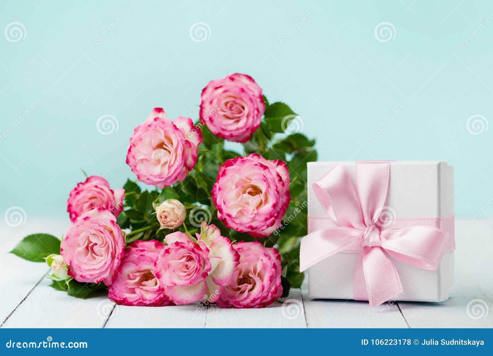 Roses Et Boîte Cadeau De Fleurs Avec Le Ruban Sur La Table