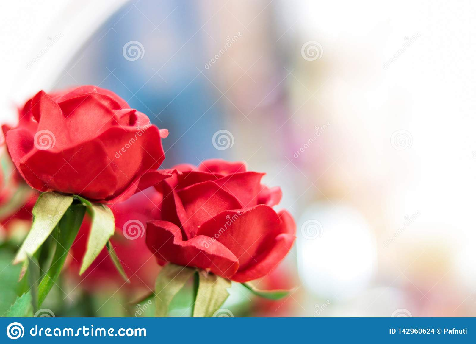 Roses rouges artificielles sur le fond brouillé