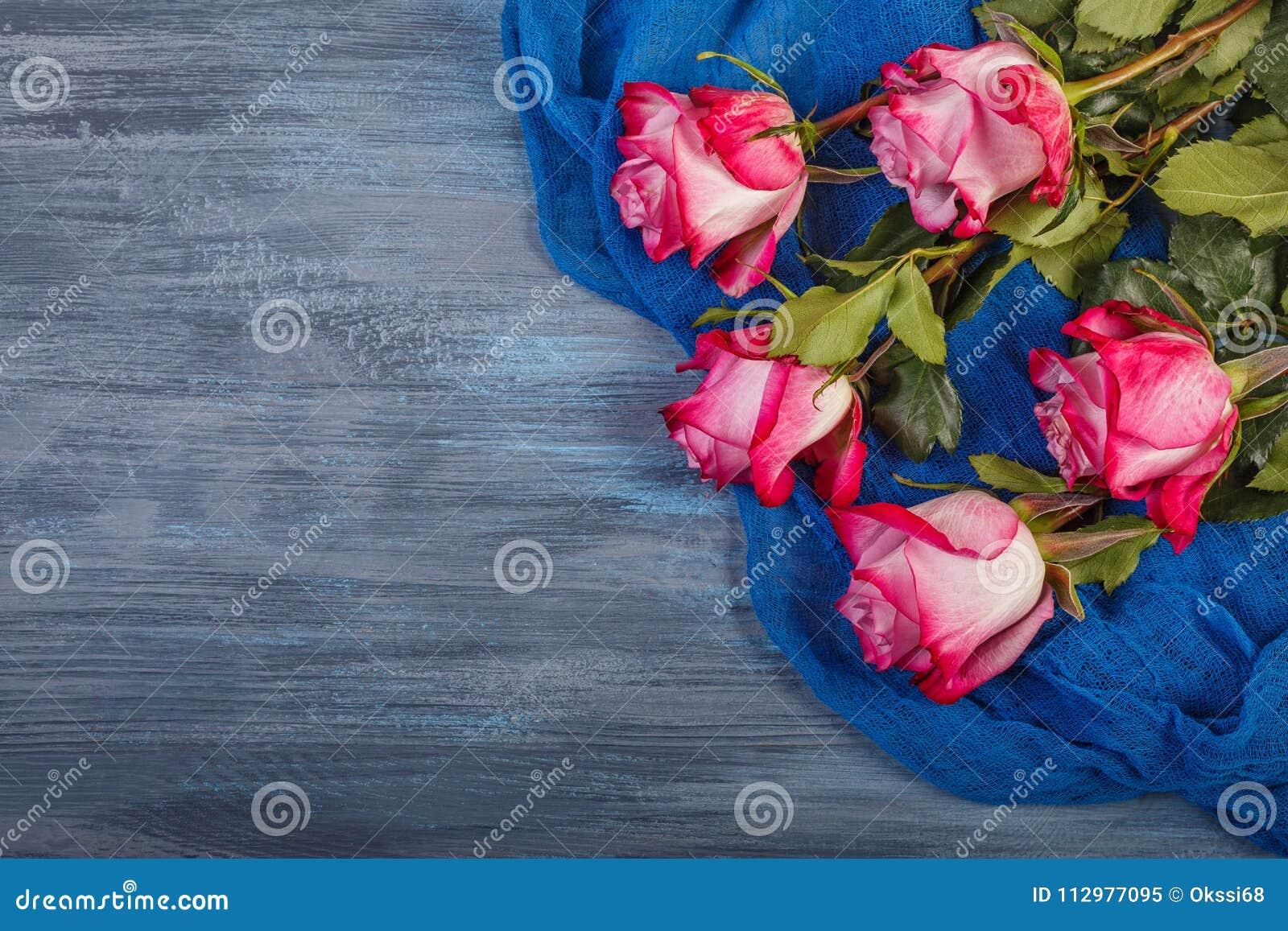 Roses rouges sur un fond bleu