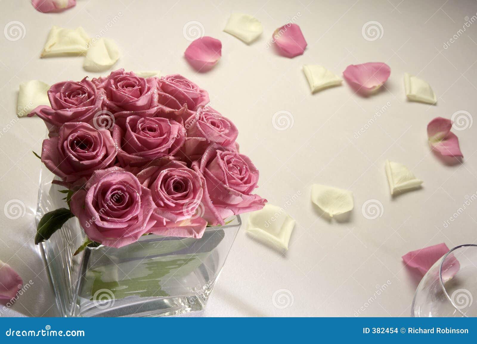 Roses sur la table de mariage