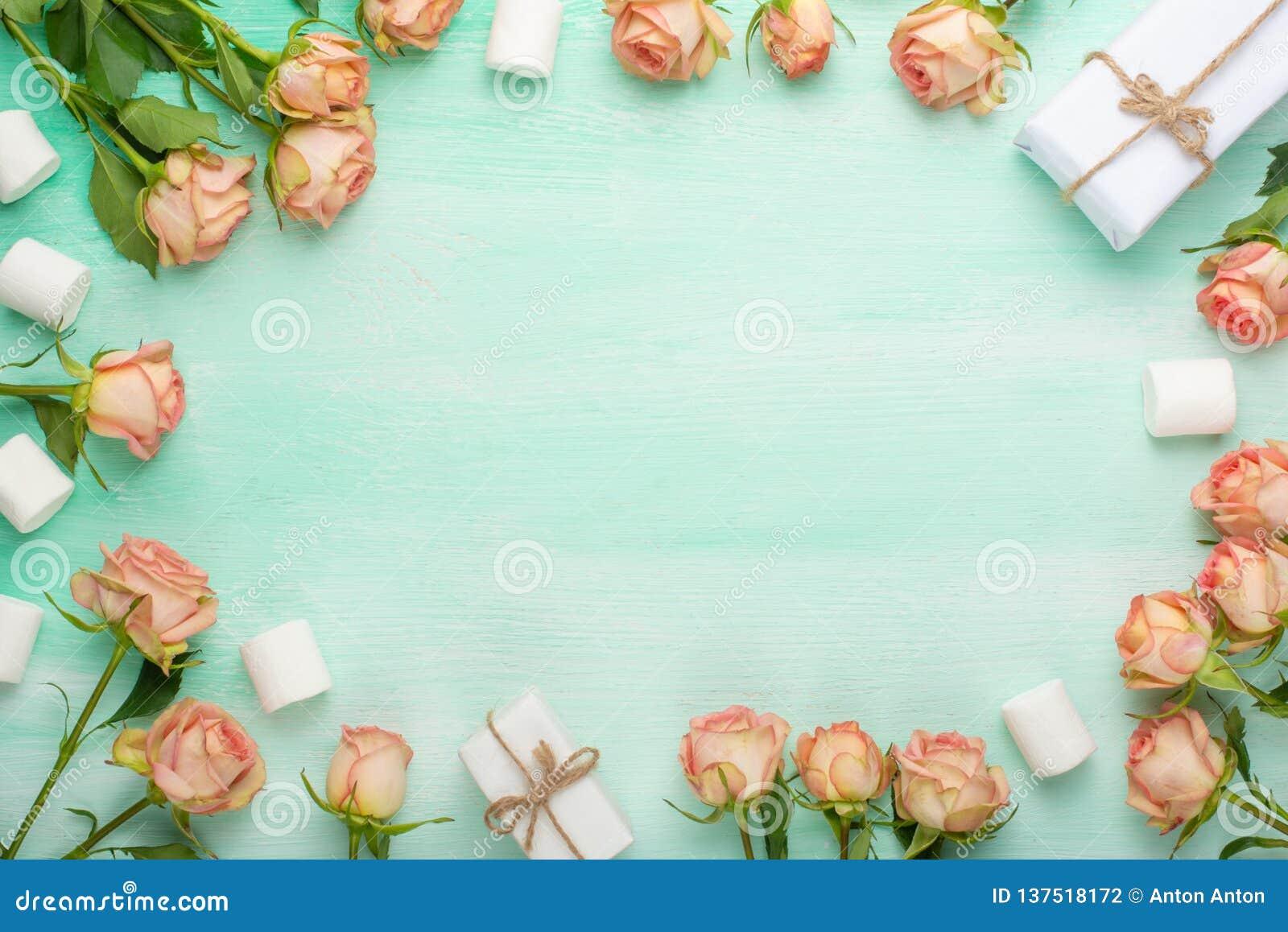 Roses roses sur le fond en bois en bon état avec des cadeaux, fond de fête, anniversaire, mariage, Saint-Valentin Configuration p