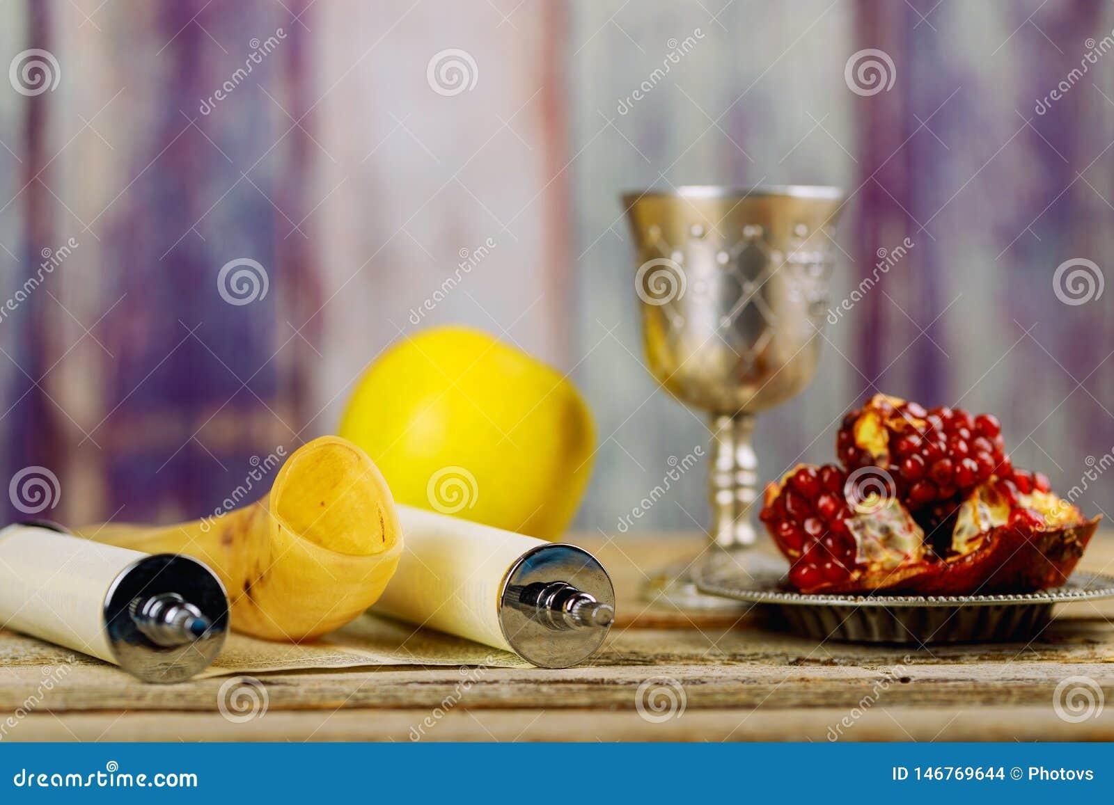 Rosh hashanah犹太新年 传统假日标志-羊角号、石榴和苹果