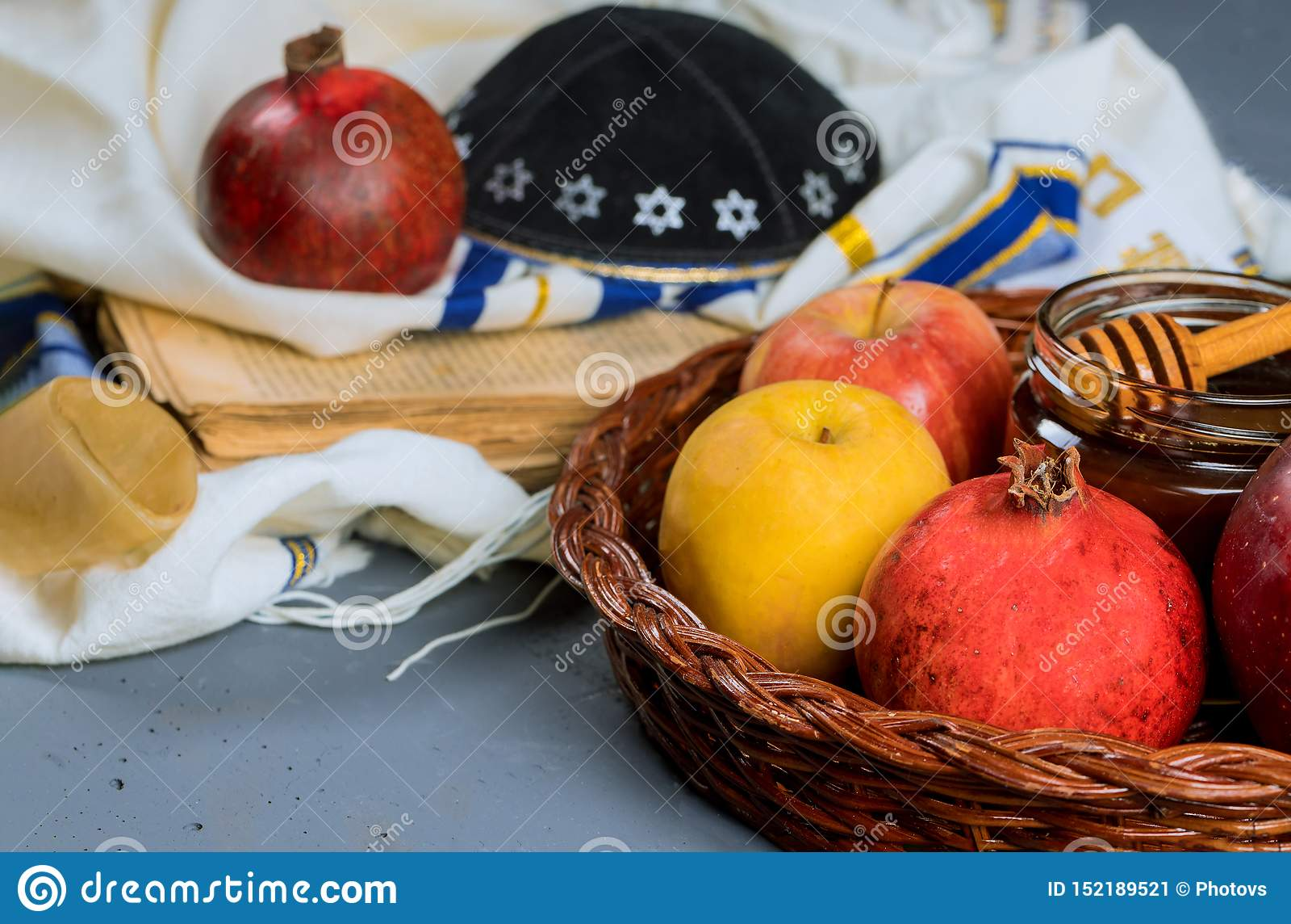 Rosh hashanah jewesh Feiertagskonzept - Shofar, torah Buch, Honig, Apfel und Granatapfel ?ber Holztisch ein kippah ein yamolka