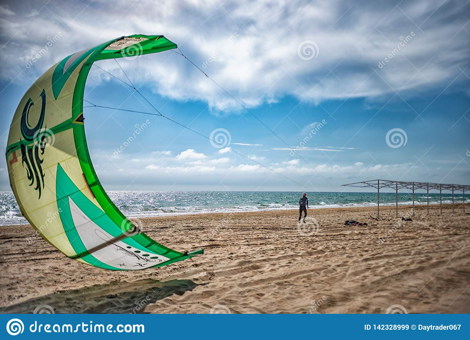 Rosja Anapa 12 07 2018 Skydiver na plaży na słonecznym dniu