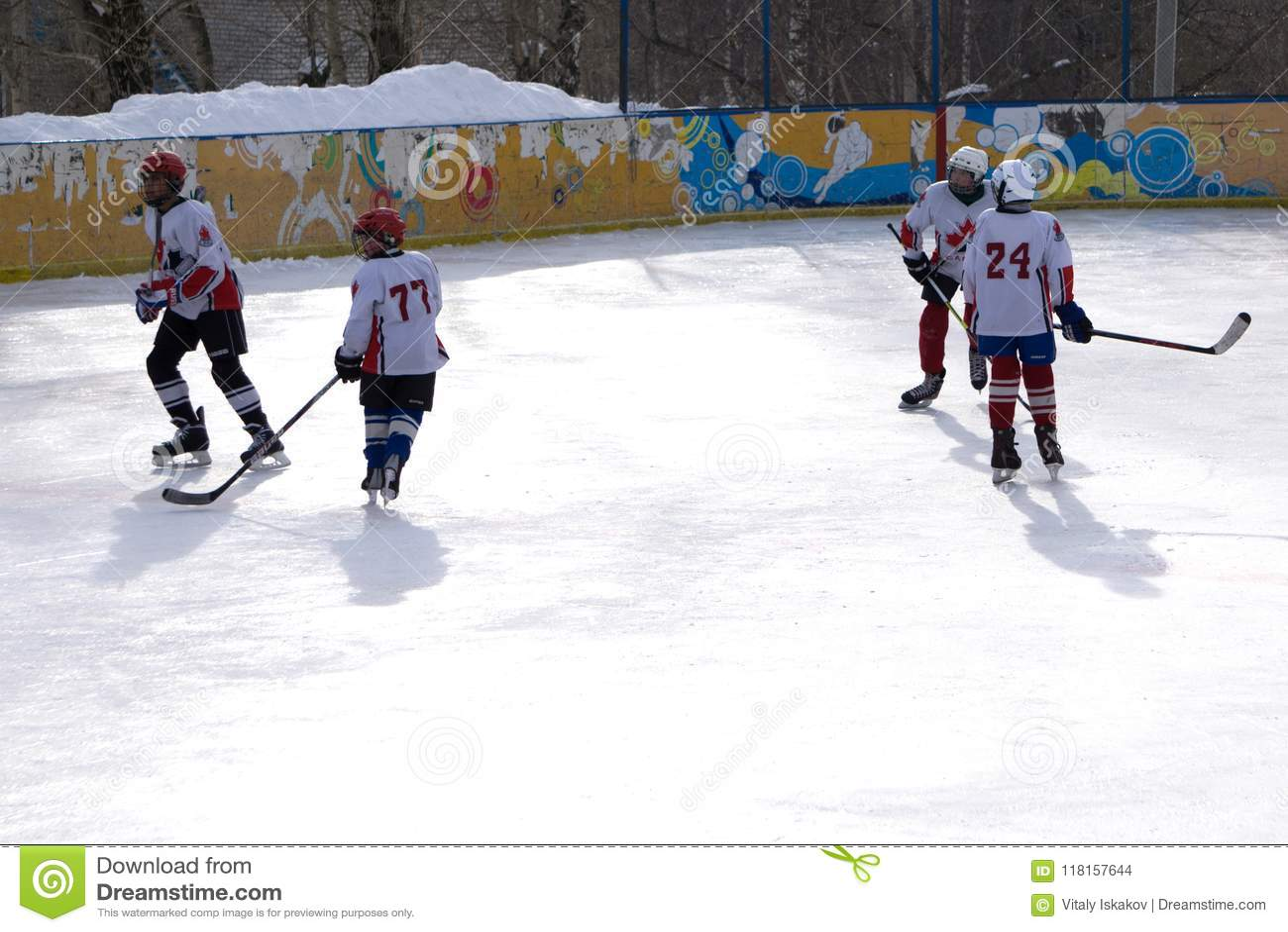Rosja Berezniki 13 Marzec 2018: niewiadomi gracz w hokeja współzawodniczą podczas gry przy stadium wynikiem