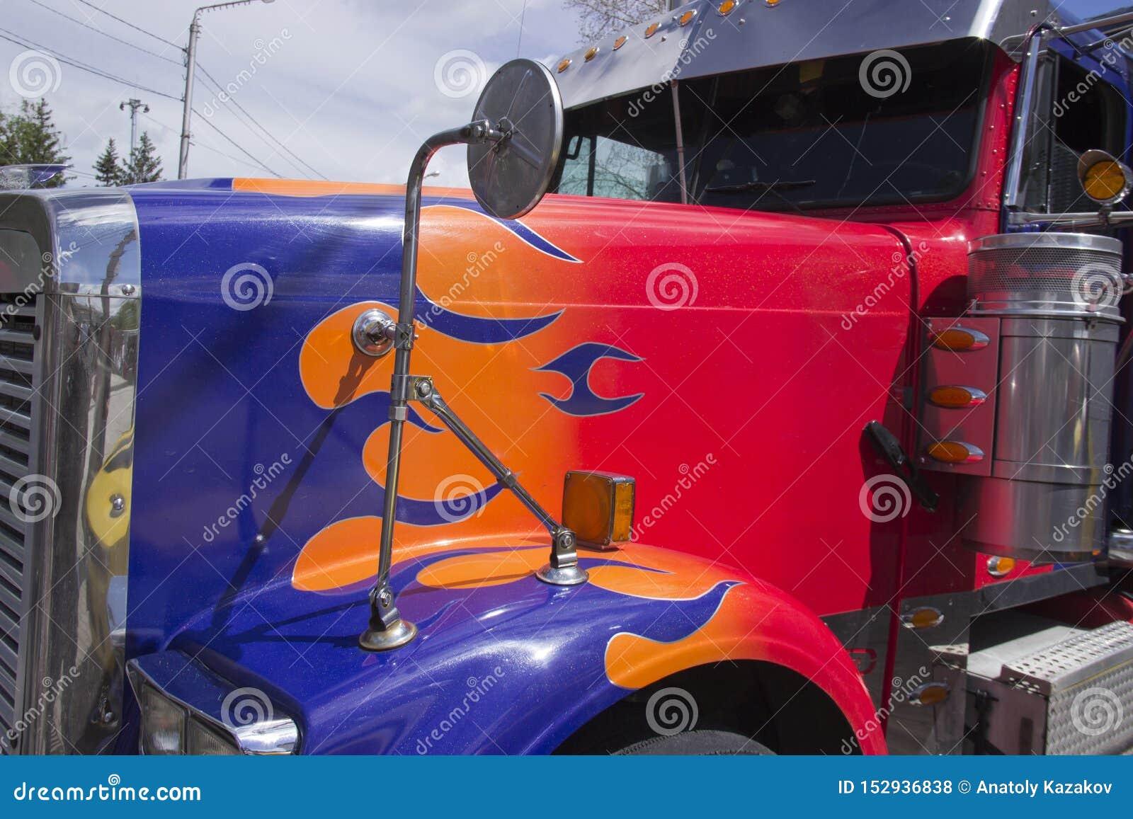 Rosja, Krasnoyarsk, Czerwiec 2019: Ciężarowy Peterbilt samochód od filmów transformatorów
