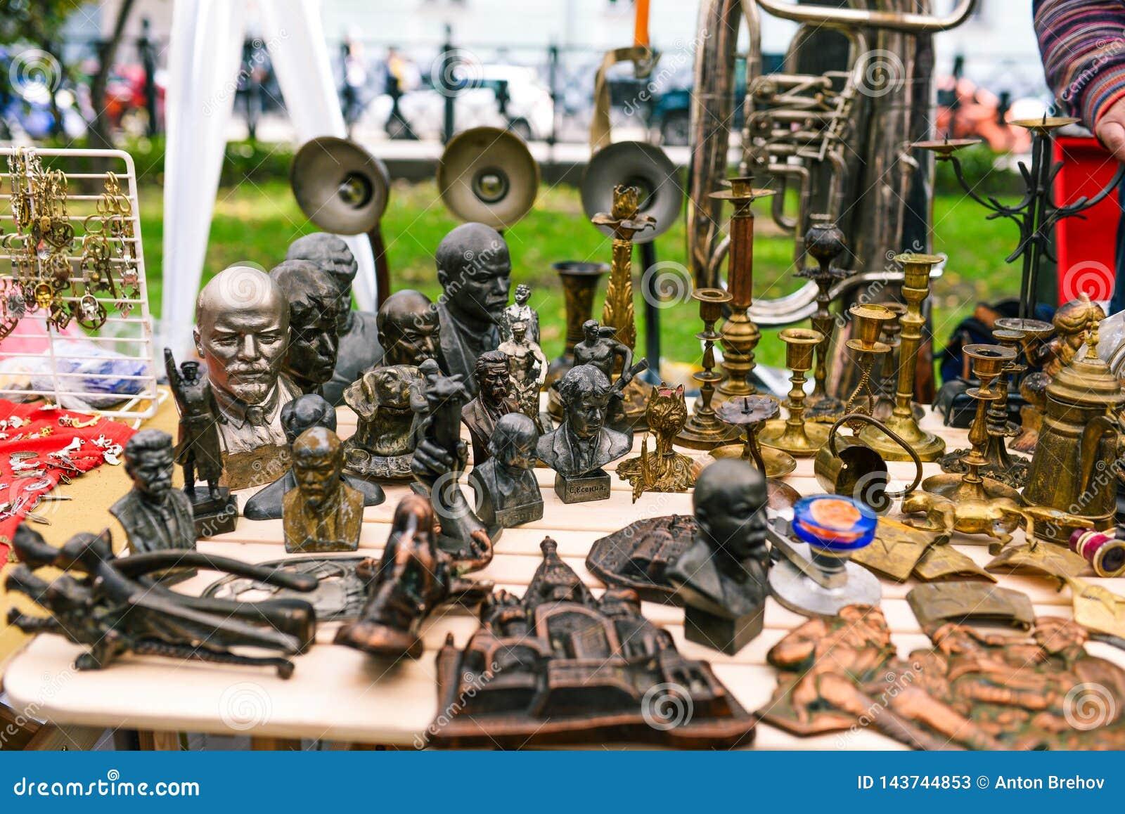 Rosja, miasto Moskwa, Wrzesień - 6, 2014: Radzieckie figurki lidery i artyści Stojaki dla świeczek Sprzedawania antiquary w