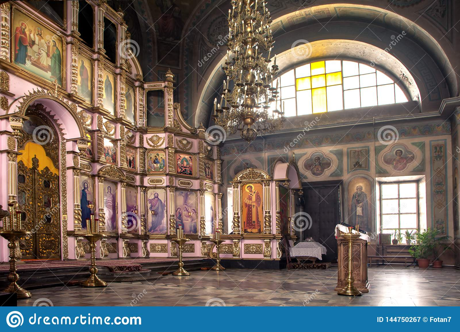 Rosja, Ryazan 1 2019 Feb - wnętrze Ortodoksalny kościół, ołtarz, iconostasis, w naturalnym świetle