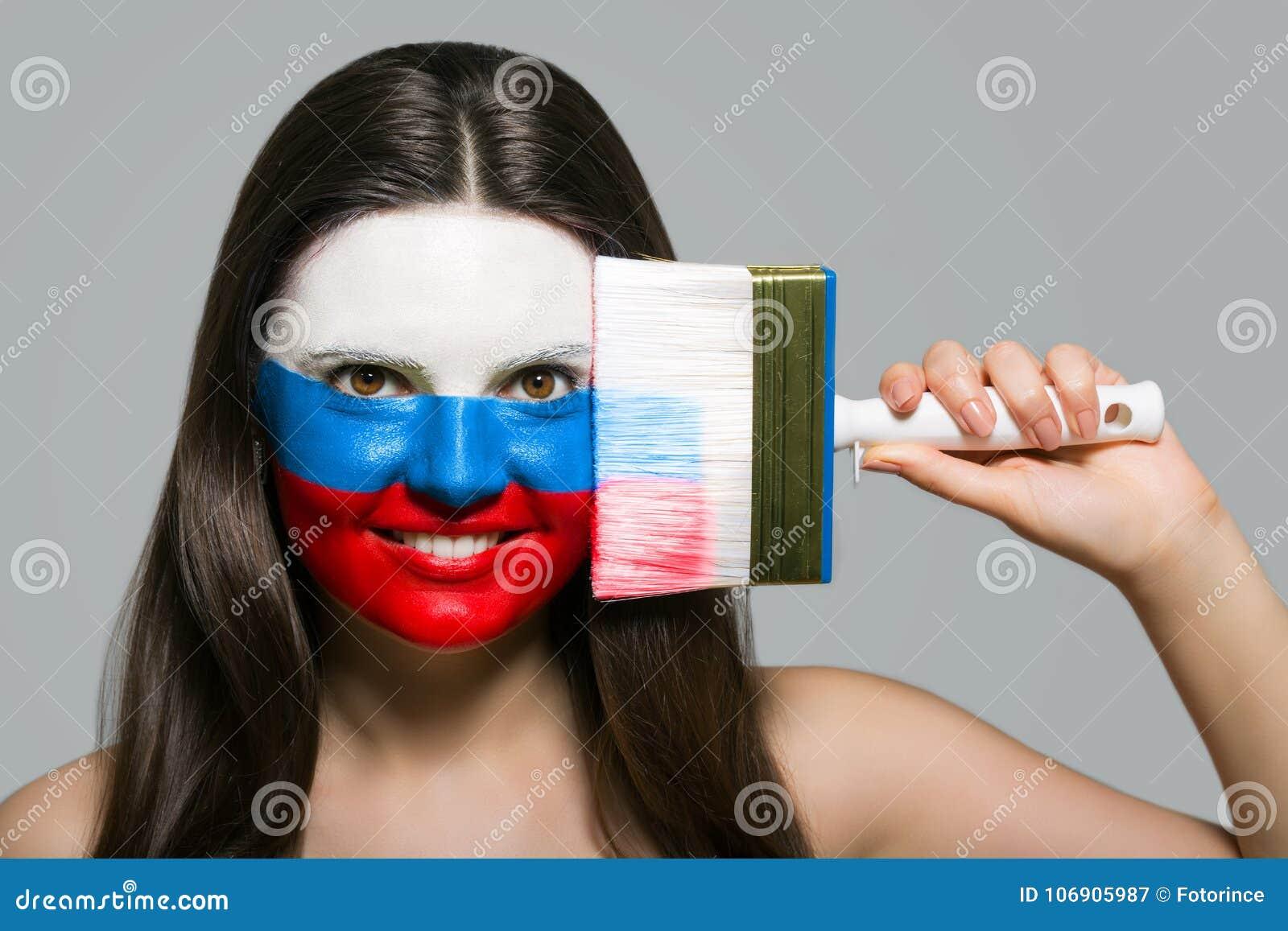 Rosja ` s flaga malował na twarzy