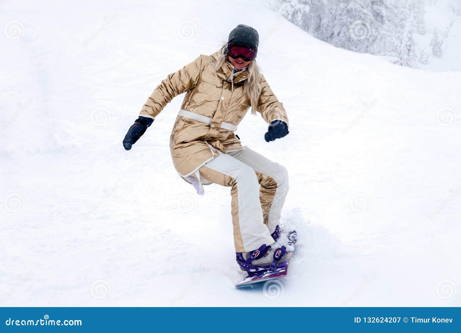 Rosja, Sheregesh 2018 11 18 Fachowej kobiety snowboarder w g