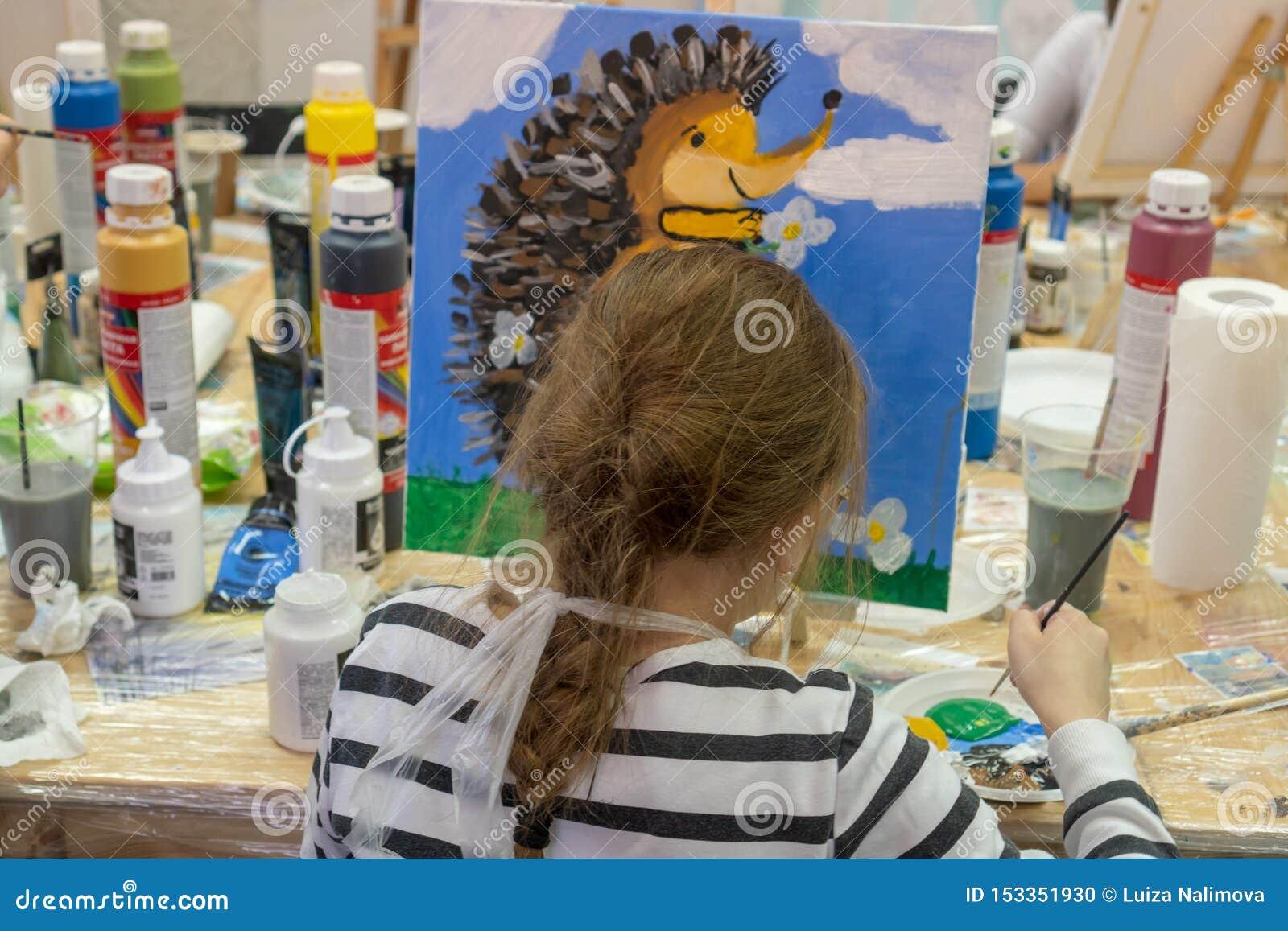 Rosja, Tatarstan, Kwiecień 20, 2019 Dziewczyna rysuje jeża Kreatywnie nastoletnia dziewczyna paitning obrazek na sztaludze Wnętrz