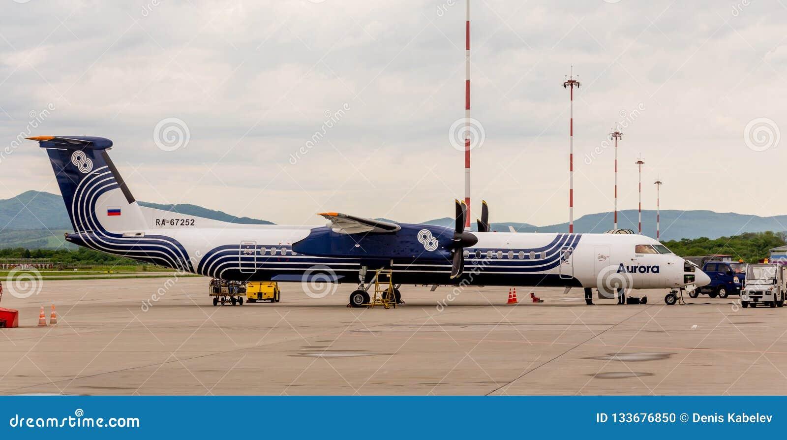 Rosja, Vladivostok, 05/26/2017 Pasażerski samolotowy bombardier Q400 NextGen zorzy firma na lotnisku