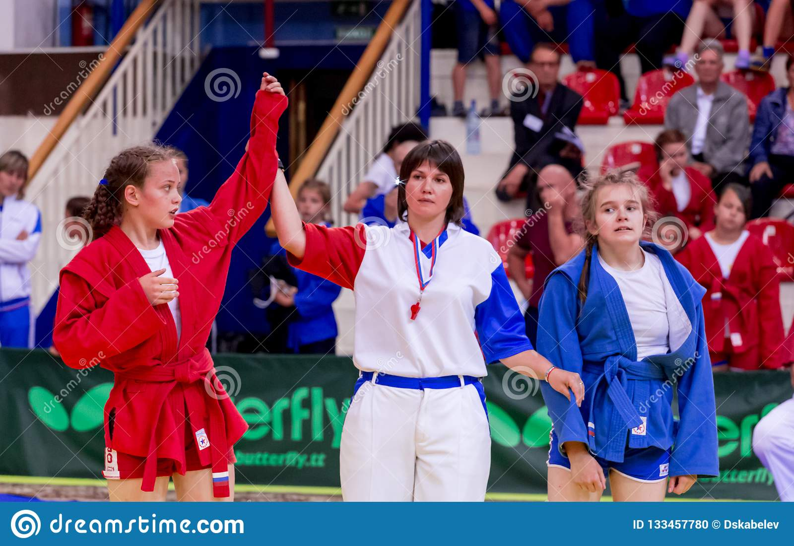 Rosja, Vladivostok, 06/30/2018 Zapaśnicza rywalizacja wśród dziewczyn Nastoletni turniej sztuka samoobrony i i walczący bawi się